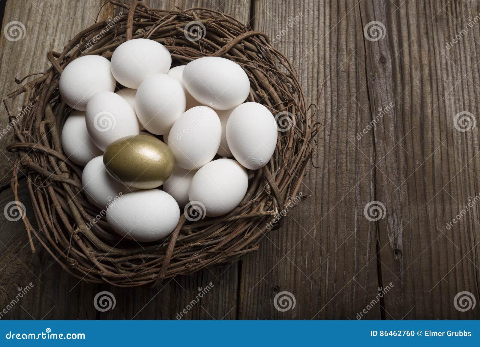 Sucesso financeiro que encontra o ovo e a posição dourados para fora do close up da multidão