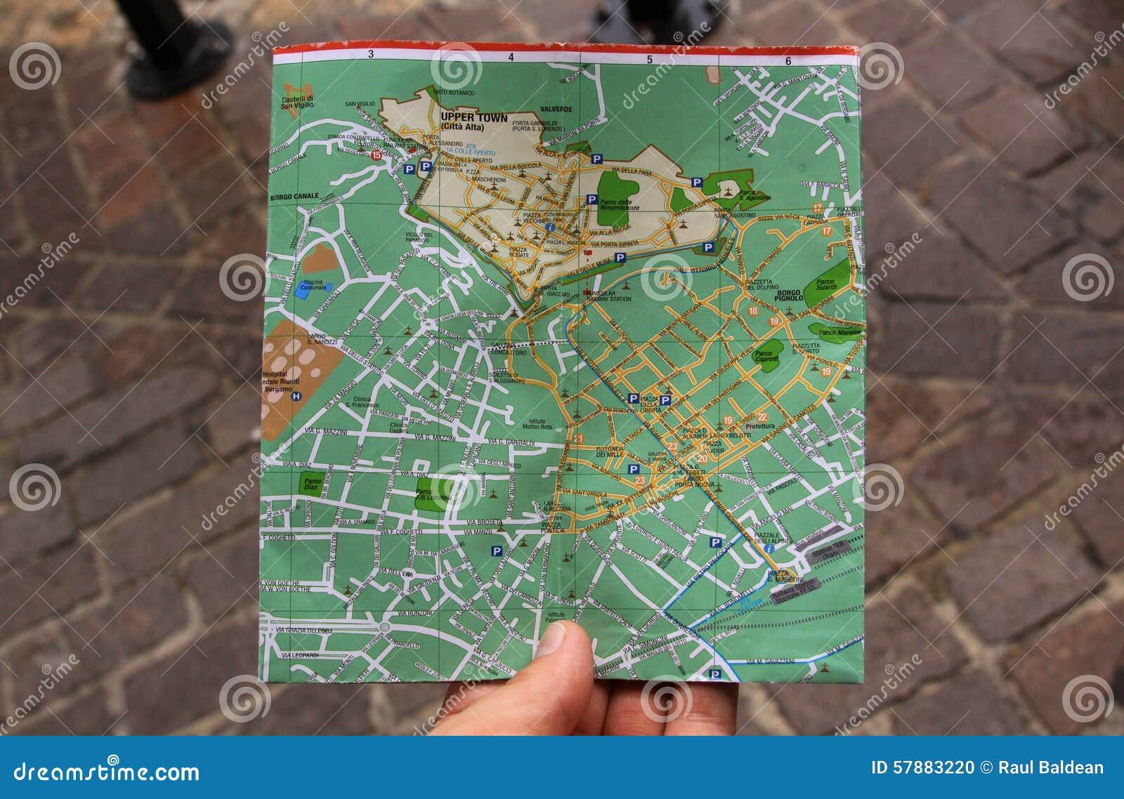 Suchen nach Richtungen auf einen Stadtplan mit der Hand
