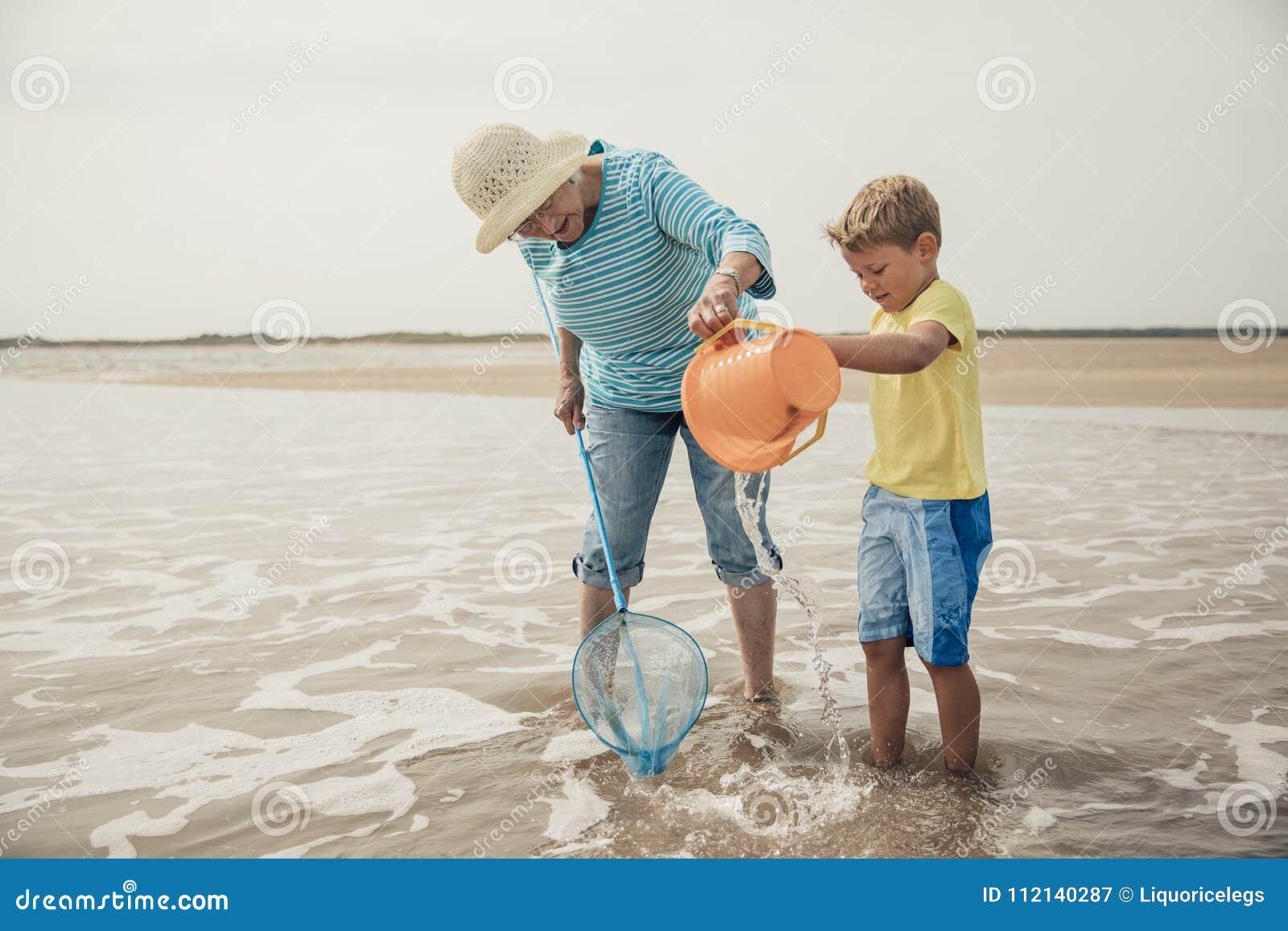 Suchen nach Sealife mit Großmutter