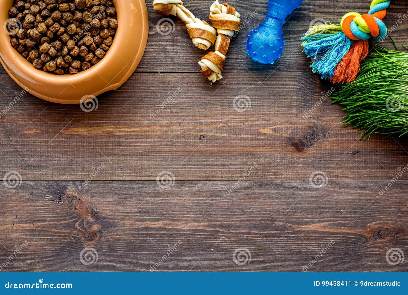 Suchy zwierzę domowe - psi jedzenie w pucharze na drewnianym tło odgórnego widoku egzaminie próbnym up