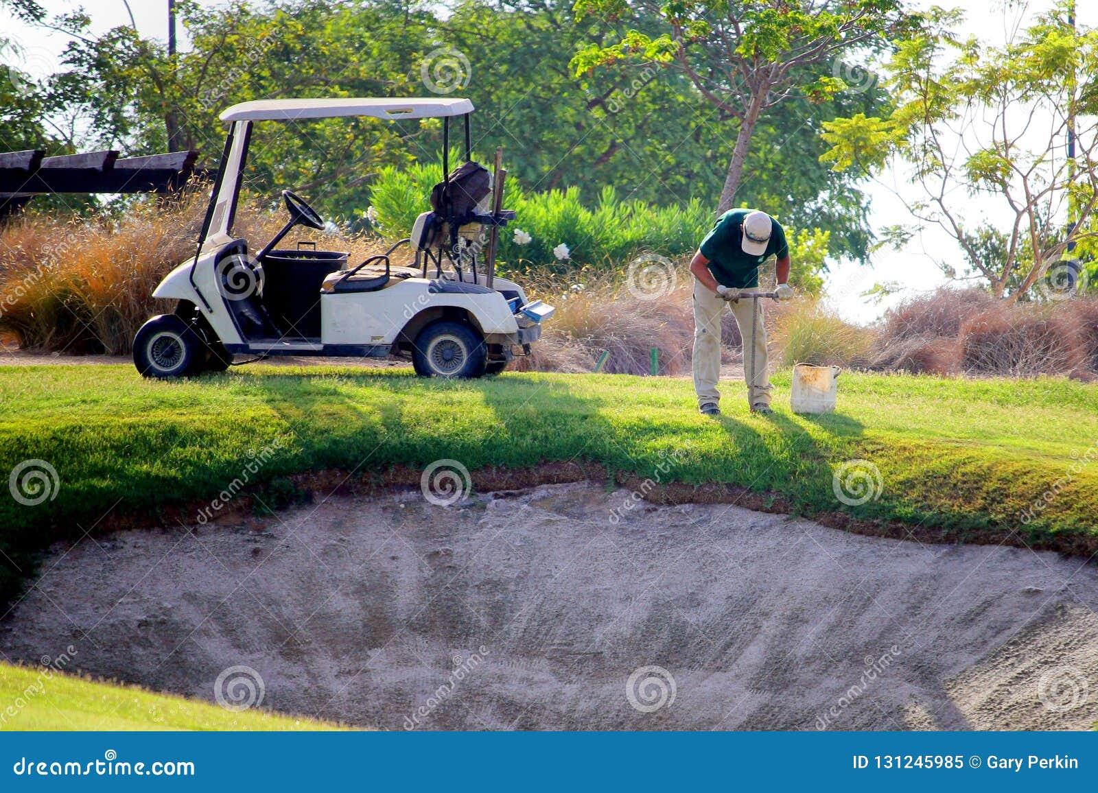 Sucina,西班牙- 2018年8月08日:高尔夫球场的一名球场管理员,采取从航路的土壤样品在与占卜师的一个地堡附近