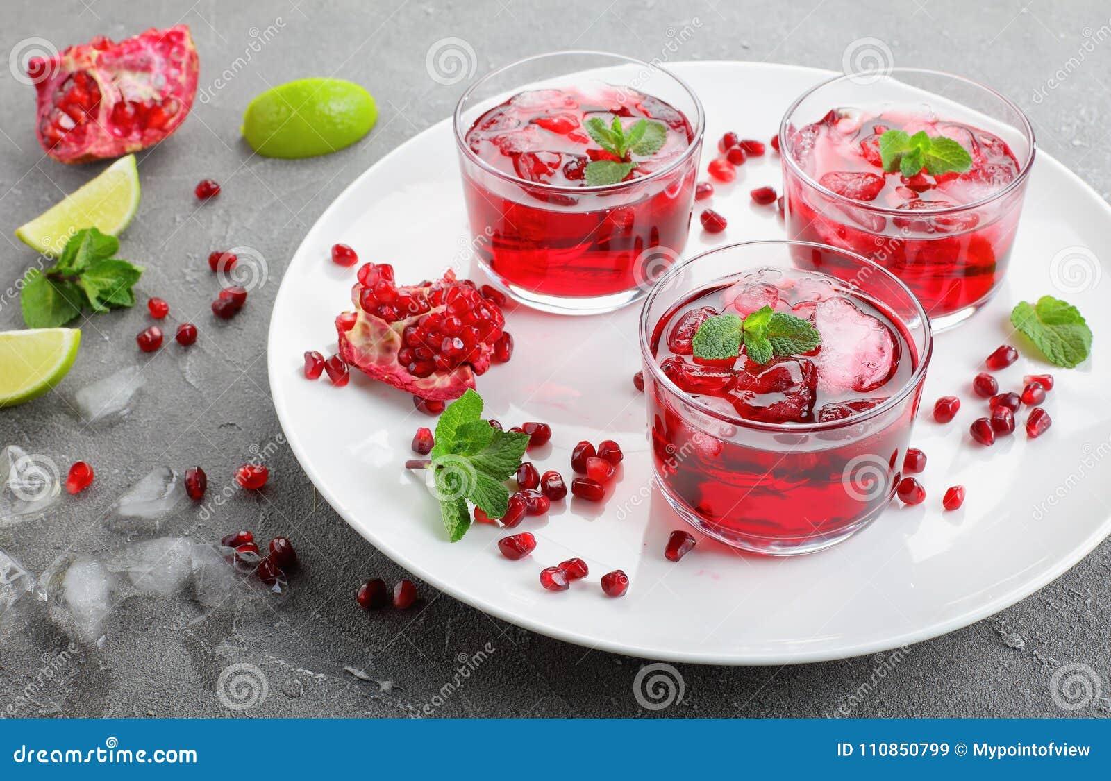 Suco da romã nos copos de vidro na placa branca