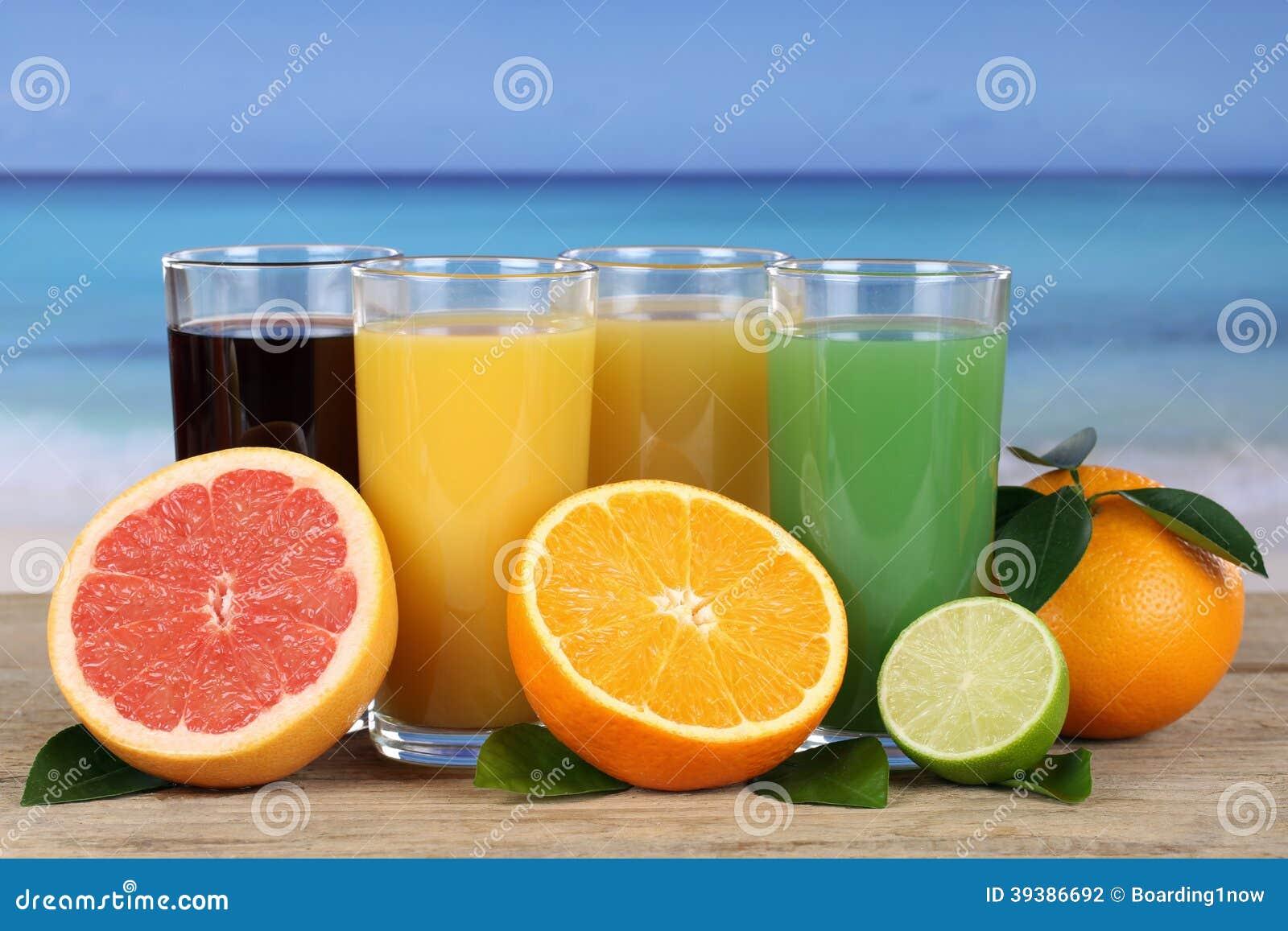 Suco das laranjas e da toranja na praia