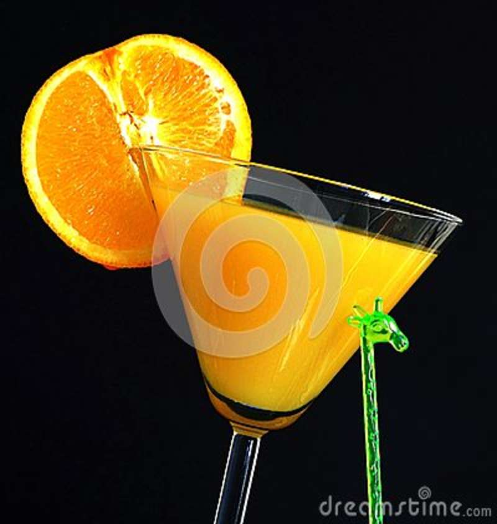 Suco de laranja e fatia alaranjada do fruto