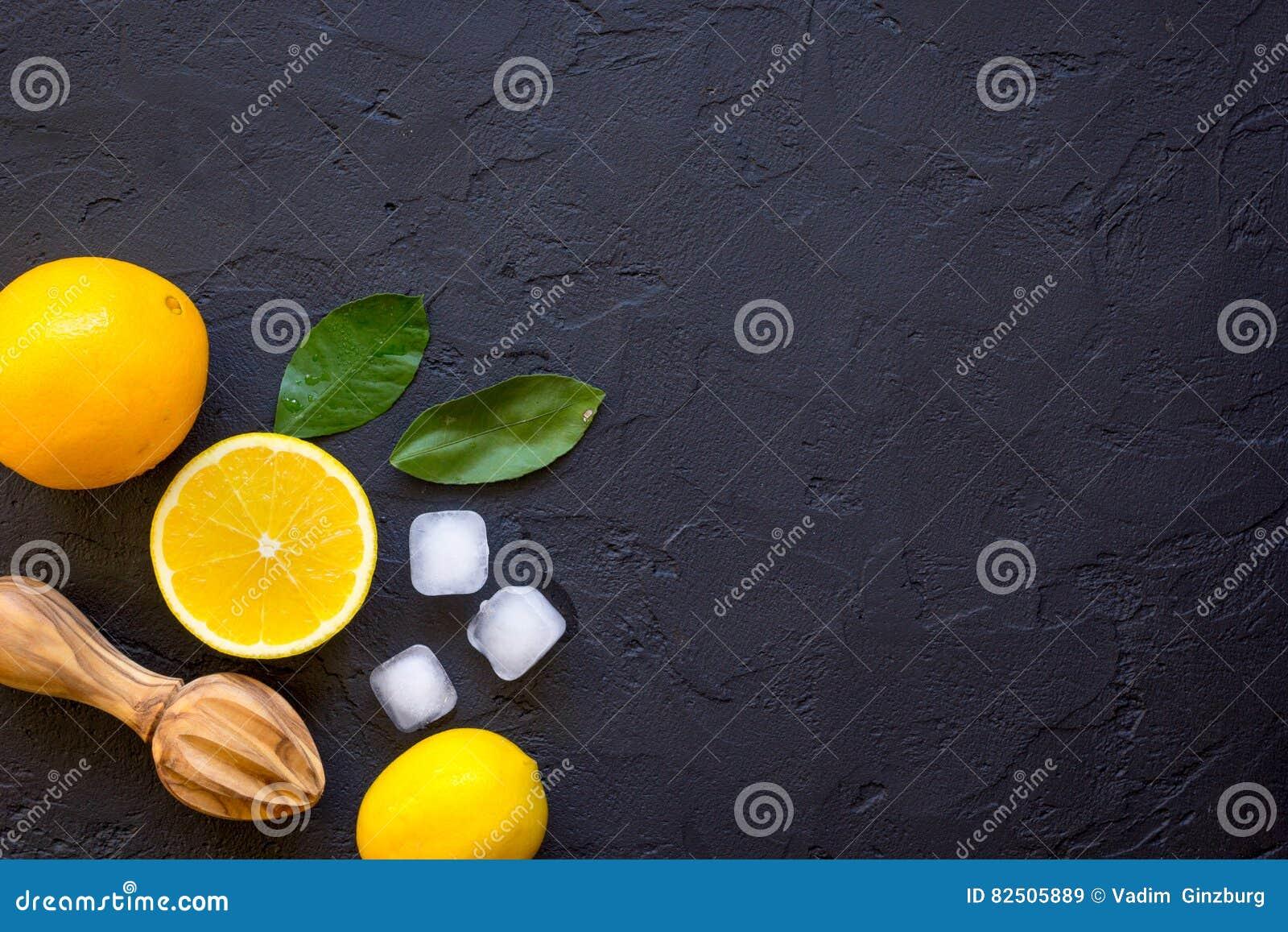 Suco de laranja recentemente espremido na opinião superior do fundo escuro