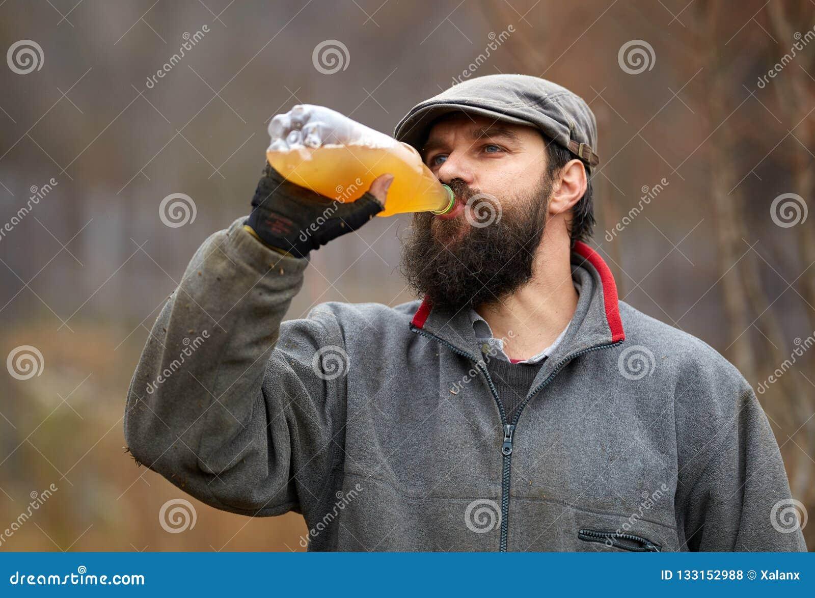 Suco de maçã bebendo do fazendeiro