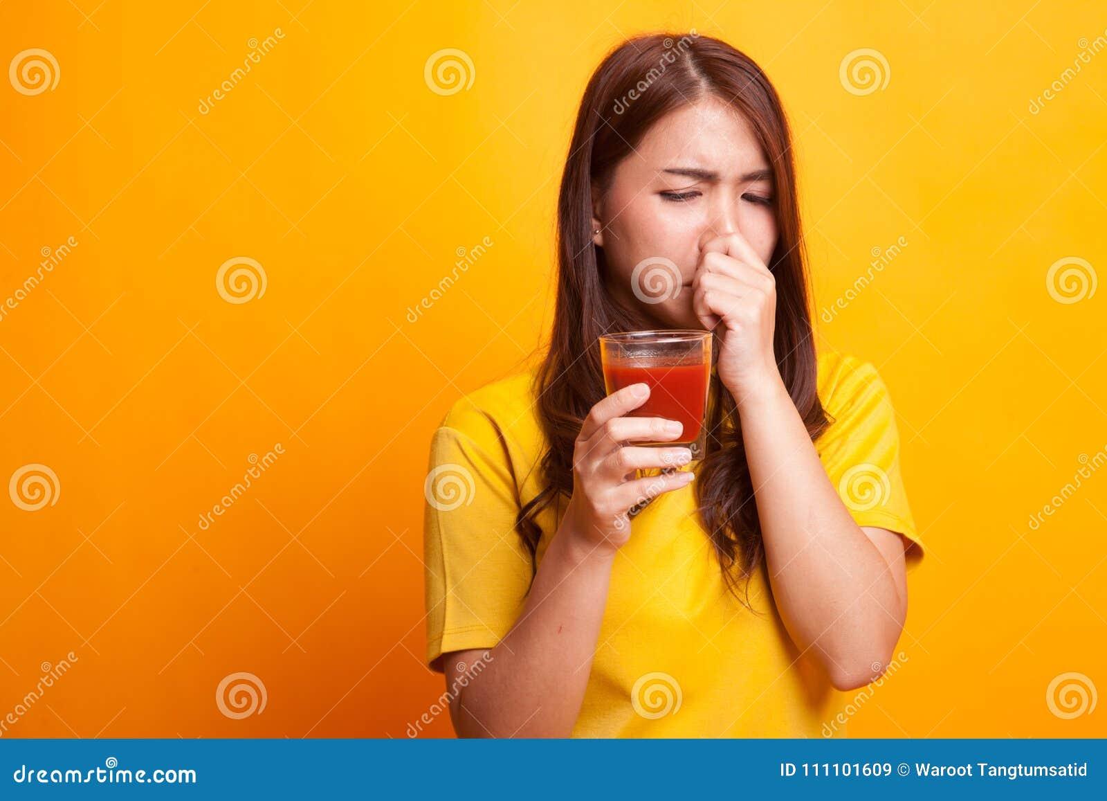 Suco de tomate asiático novo do ódio da mulher no vestido amarelo