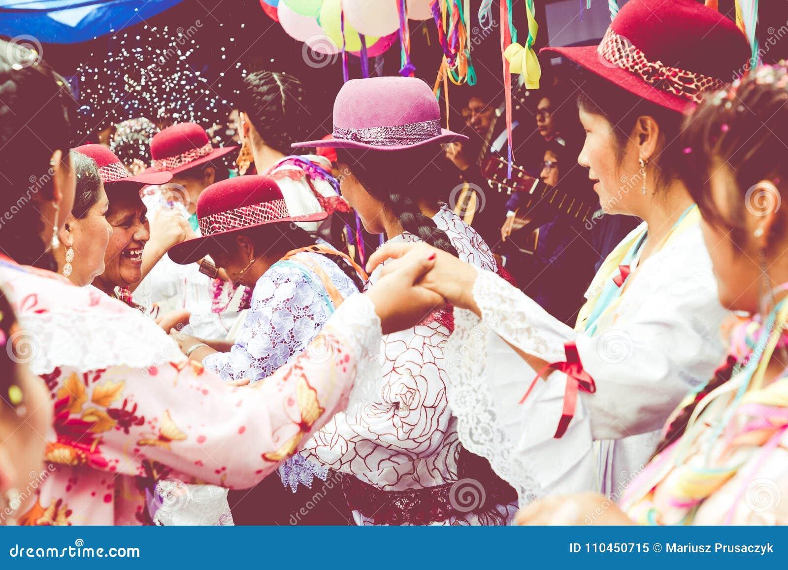 SUCRE, BOLÍVIA - 8 DE FEVEREIRO DE 2018: Dançarinos no carnaval do sucre dentro
