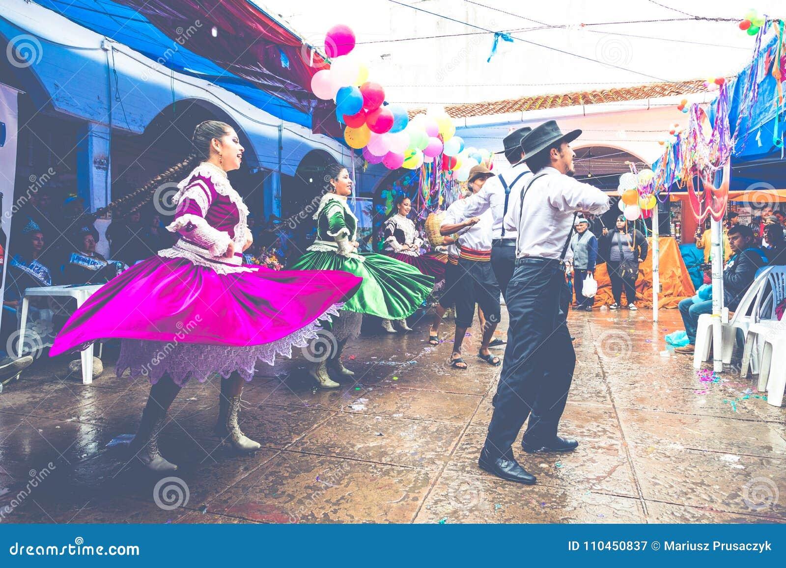 SUCRE BOLIVIA - FEBRUARI 8, 2018: Dansare på den Sucre karnevalet in