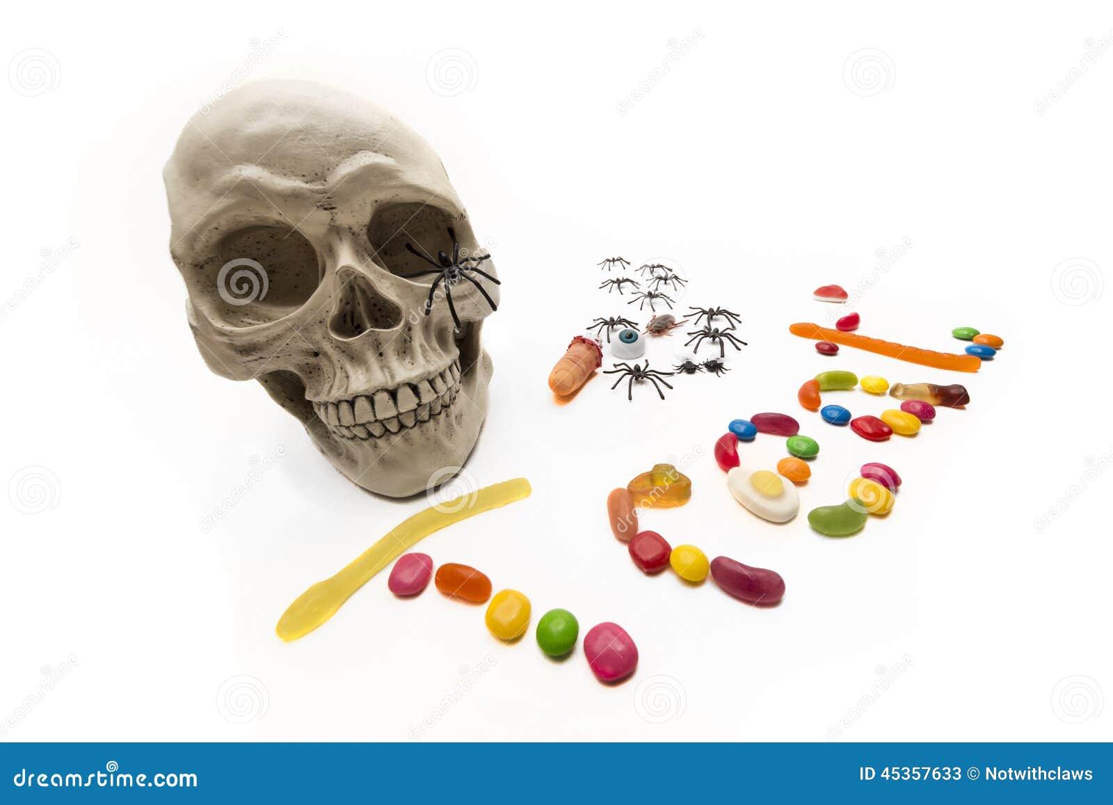 Sucrerie et insectes de des bonbons ou un sort avec le crâne sur le blanc