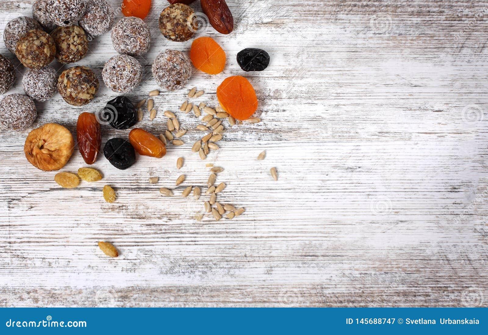 Sucreries faites maison saines colorées avec des écrous, fruits secs