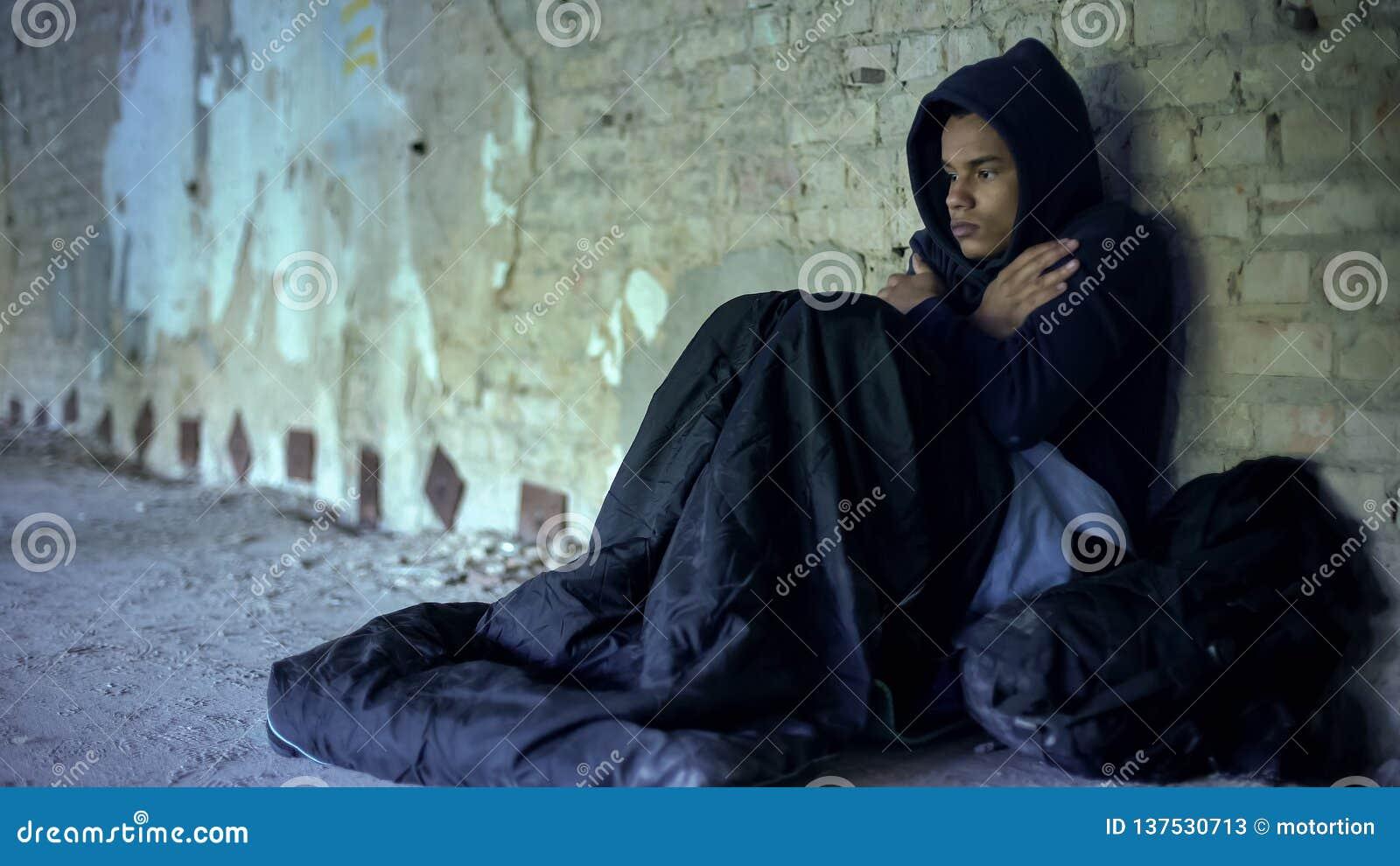 Sudadera con capucha que lleva del adolescente trastornado de los desamparados, sintiendo fría, indiferencia y pobreza