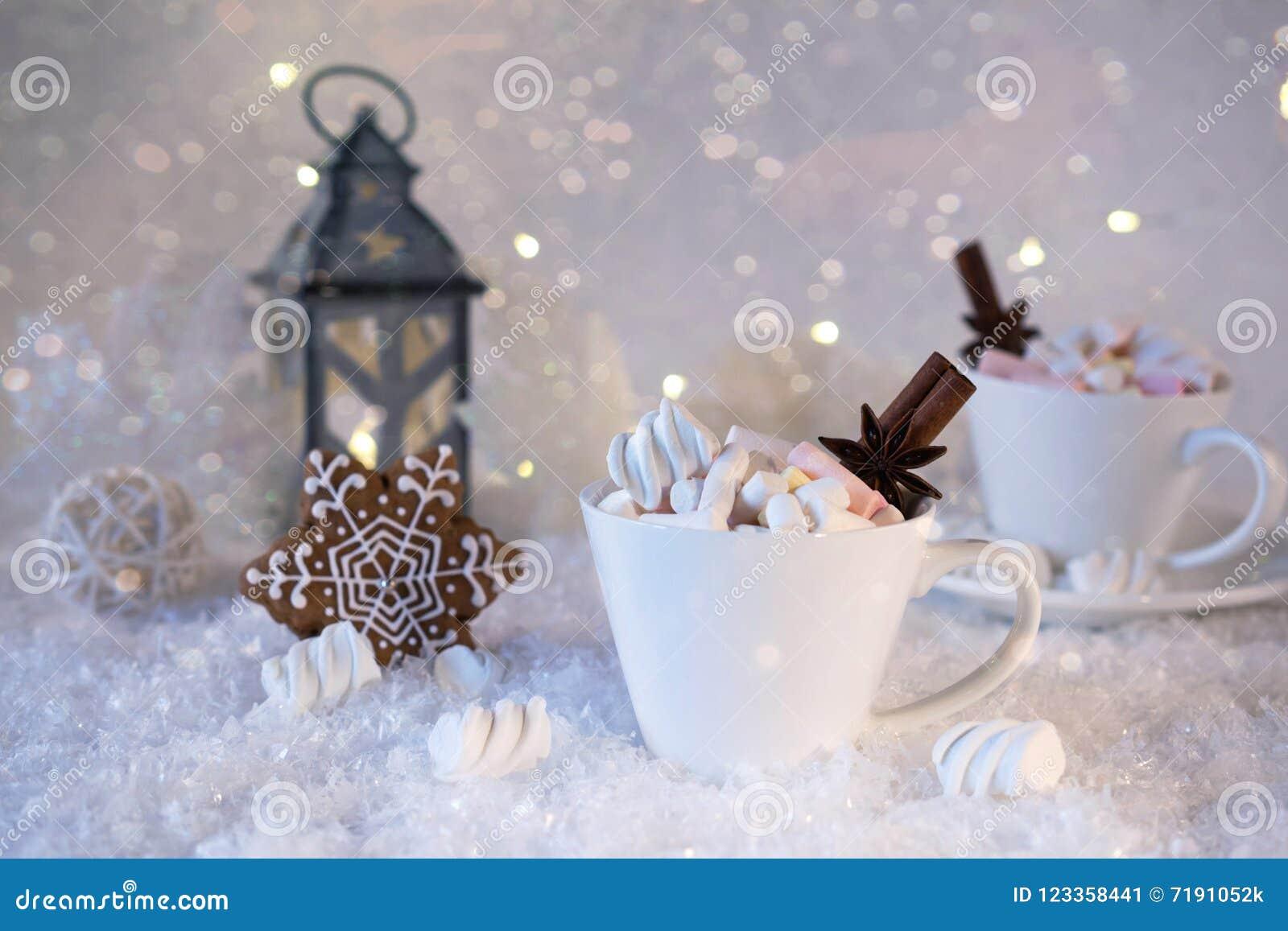 Suddig bakgrund av vinterfrost och julchoklad kryddar drycken med kakor i koppar