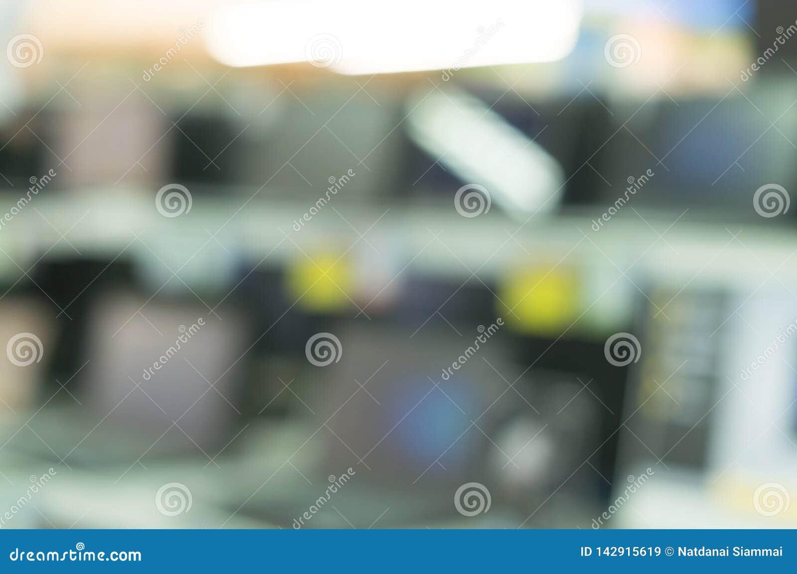 Suddig bildbakgrund av datoranteckningsböcker och stora televisionskärmar i departmentstore