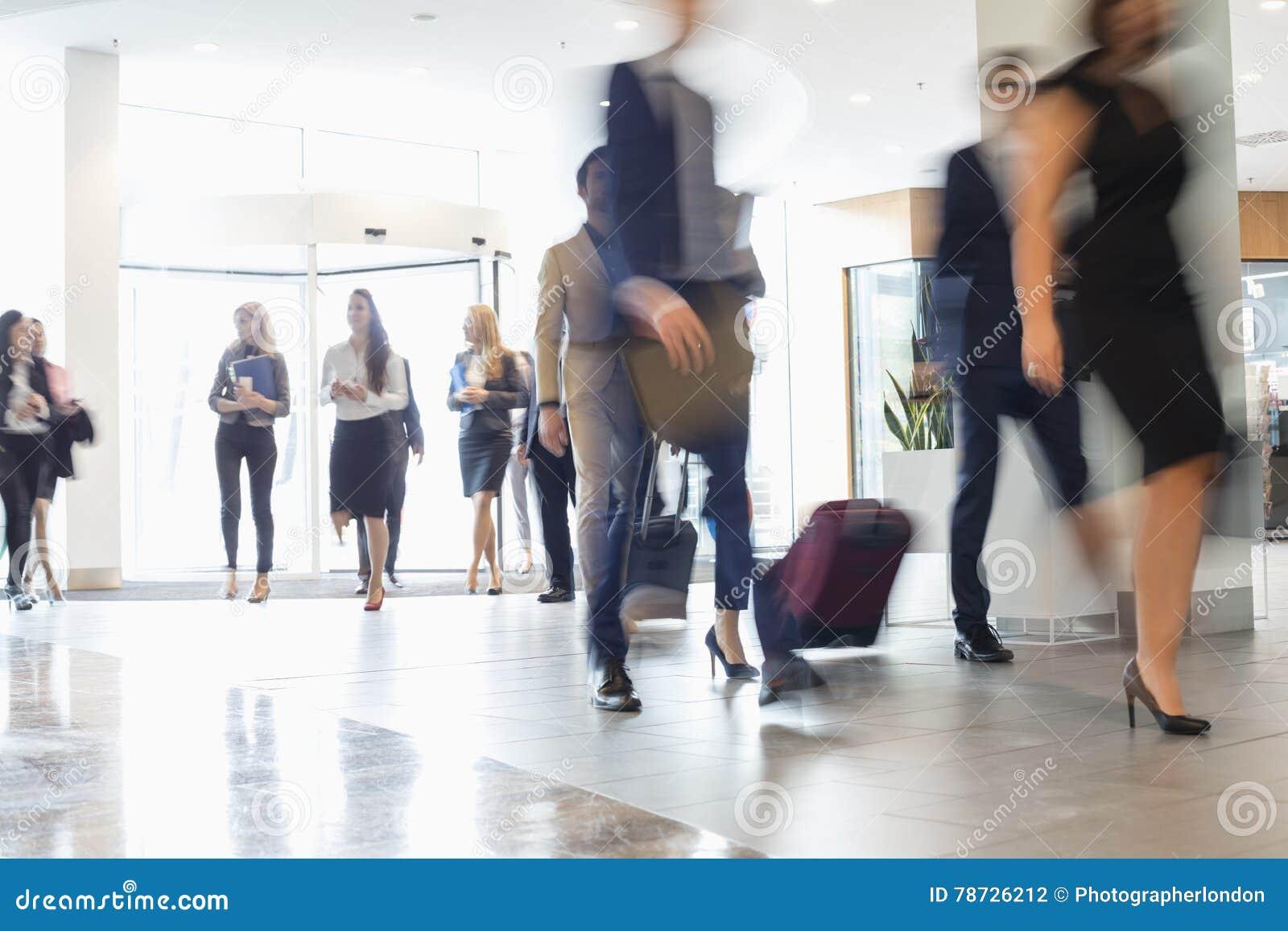 Suddig rörelse av affärsfolk på konventcentret