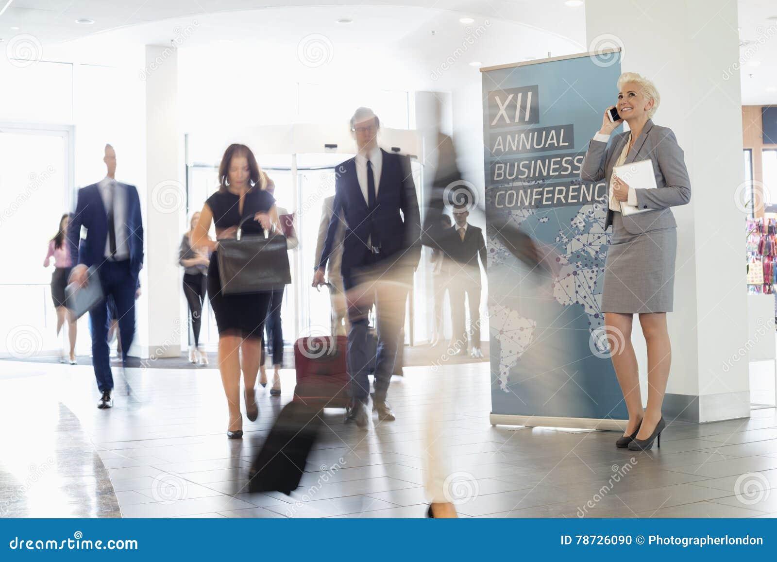 Suddig rörelse av affärsfolk som går i brådska på konventcentret
