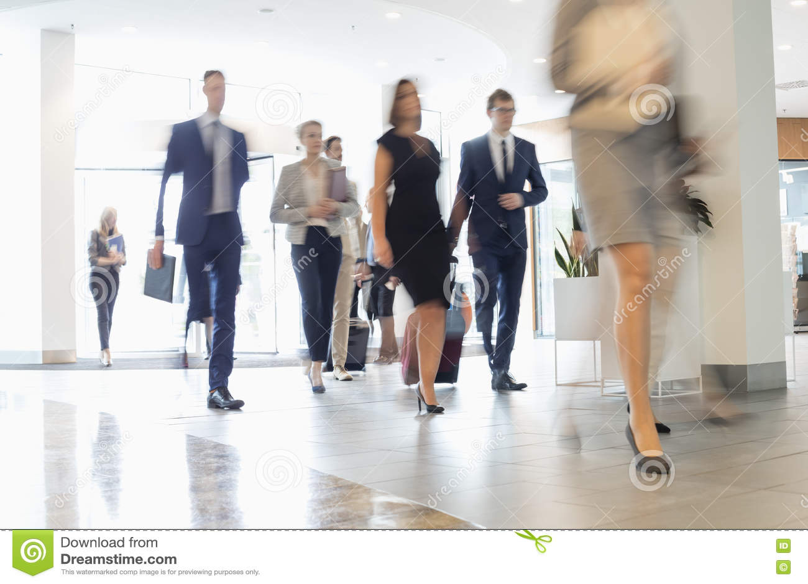 Suddig rörelse av affärsfolk som går på konventcentret