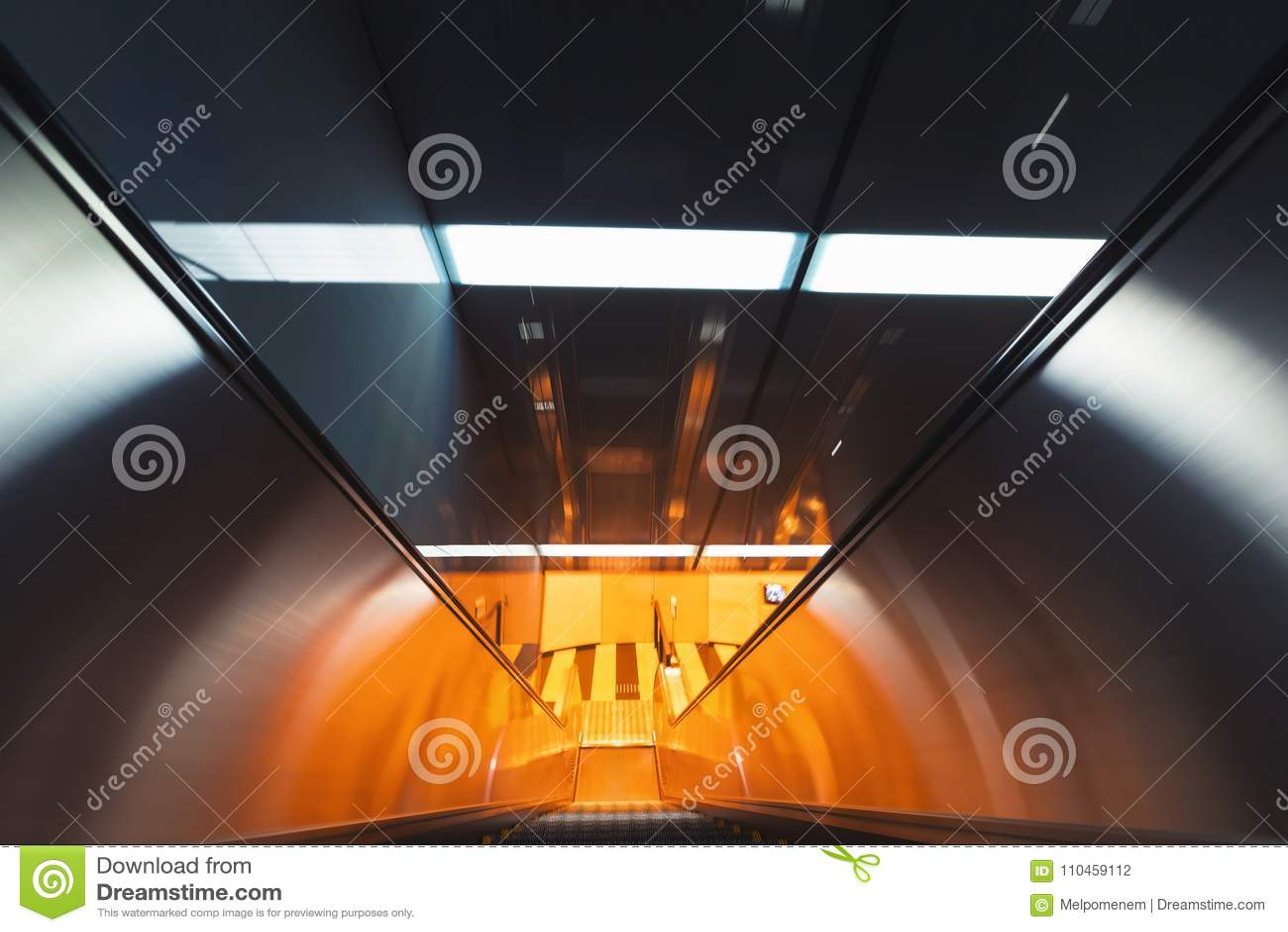 Suddig sikt för rörelse av en rulltrappa