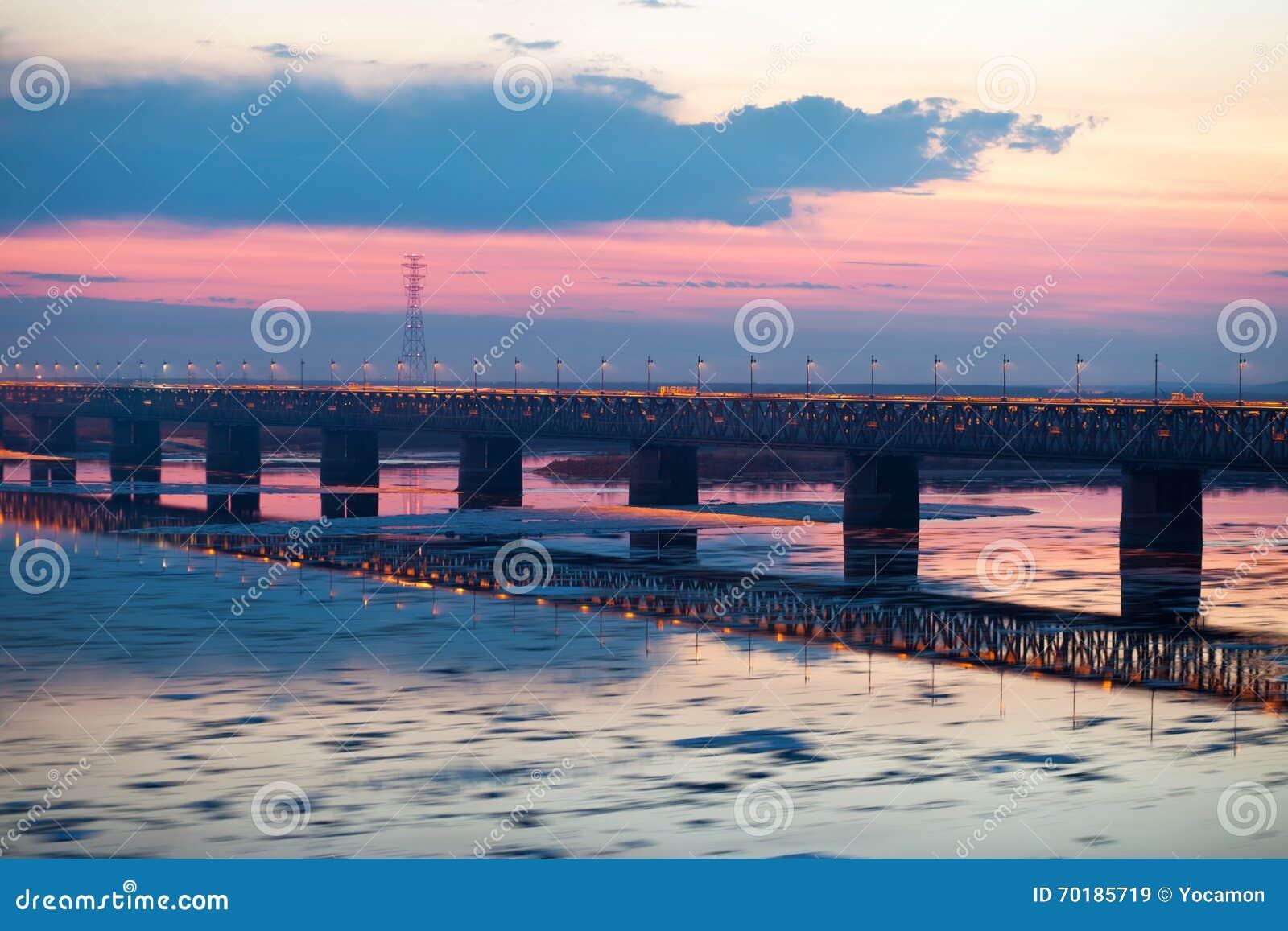 Suddigt för rörelse för iskvarter på Amur River, Ryssland