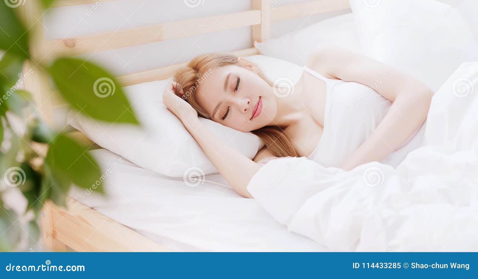 Sueño de la mujer en la cama