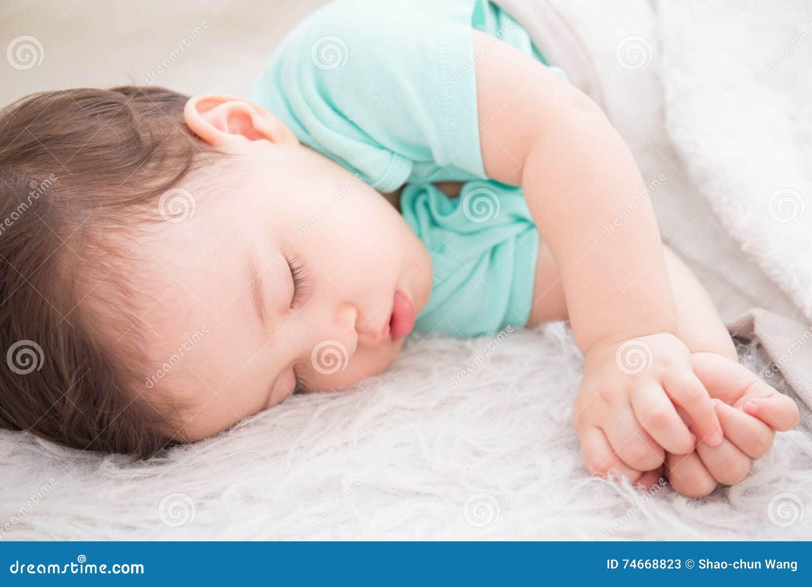 Sueño del bebé en la cama
