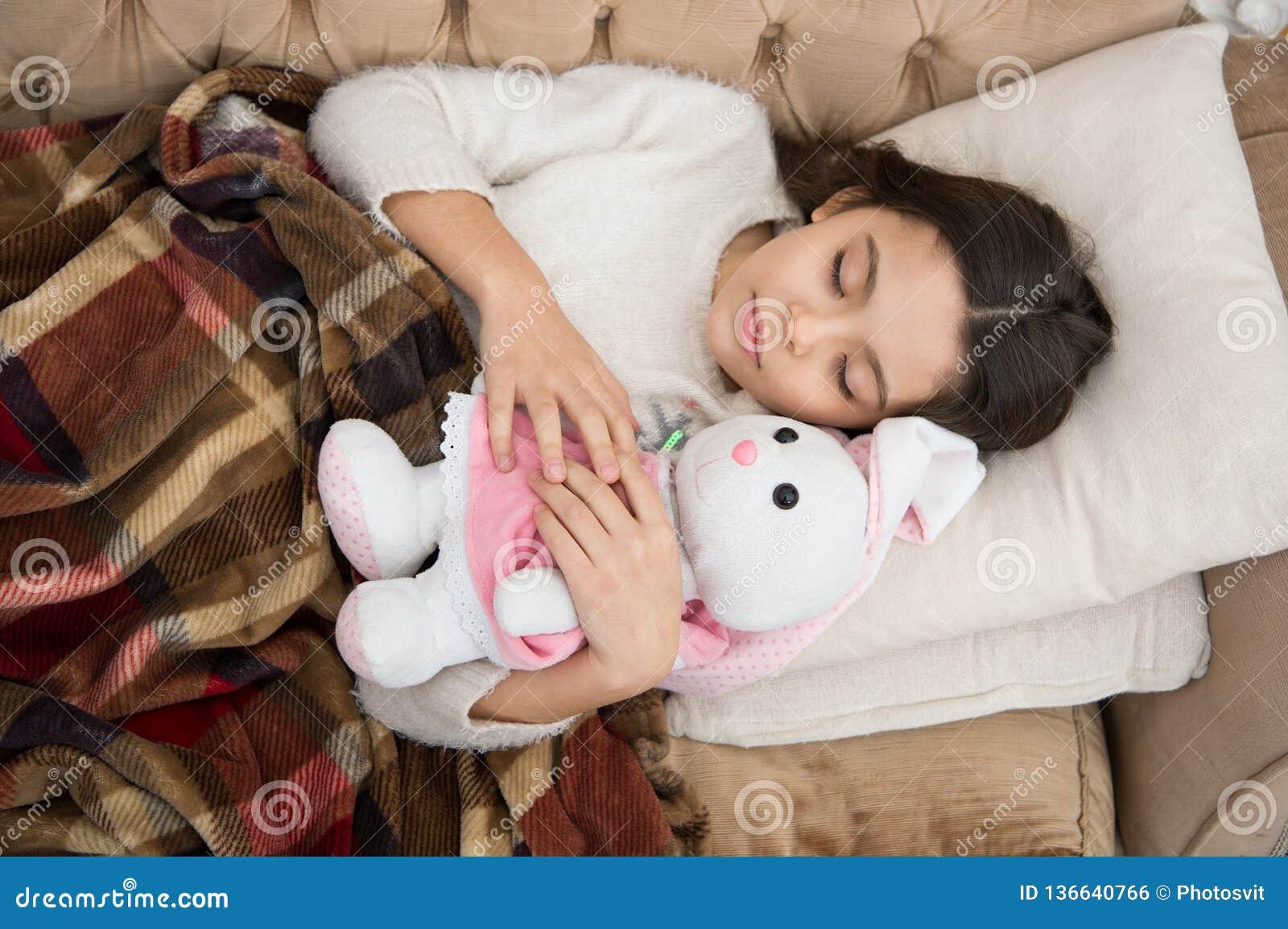 Sueño feliz de la niña en cama Familia y amor El día de los niños Buenos días Cuidado de niños pequeño niño de la muchacha Sueños