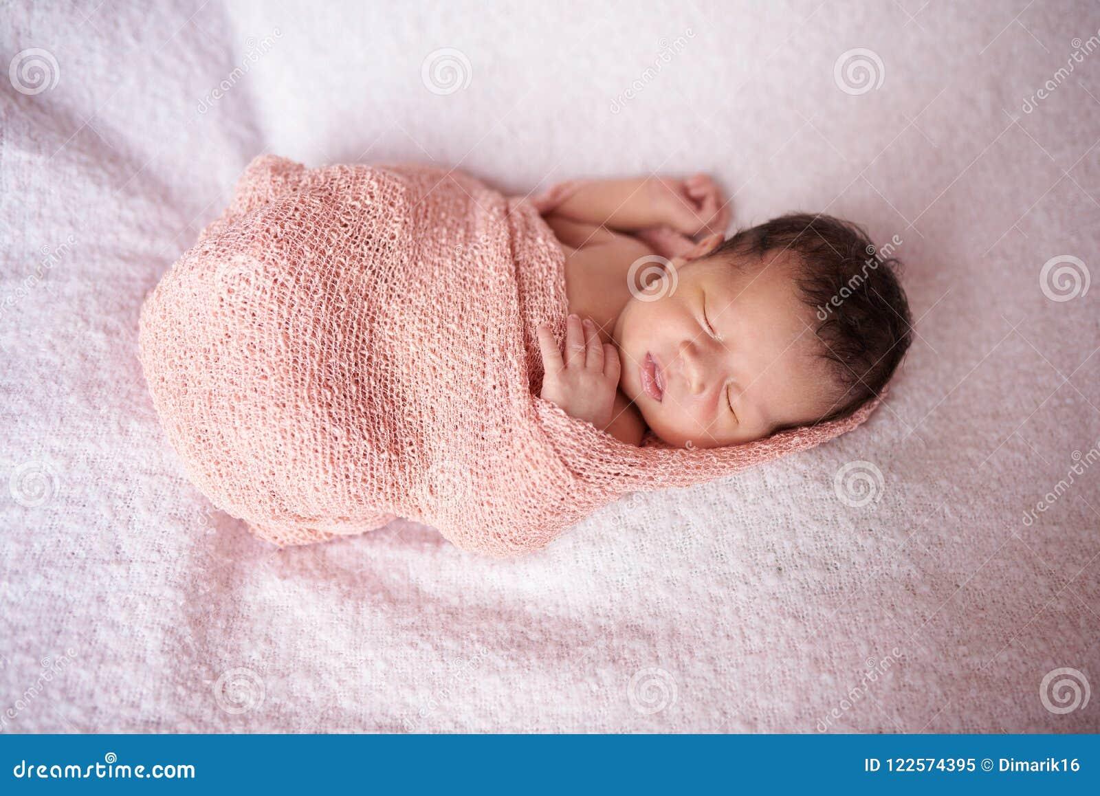 d14d86744a6aa8 Sueño Recién Nacido En Abrigo Del Paño Imagen de archivo - Imagen de ...