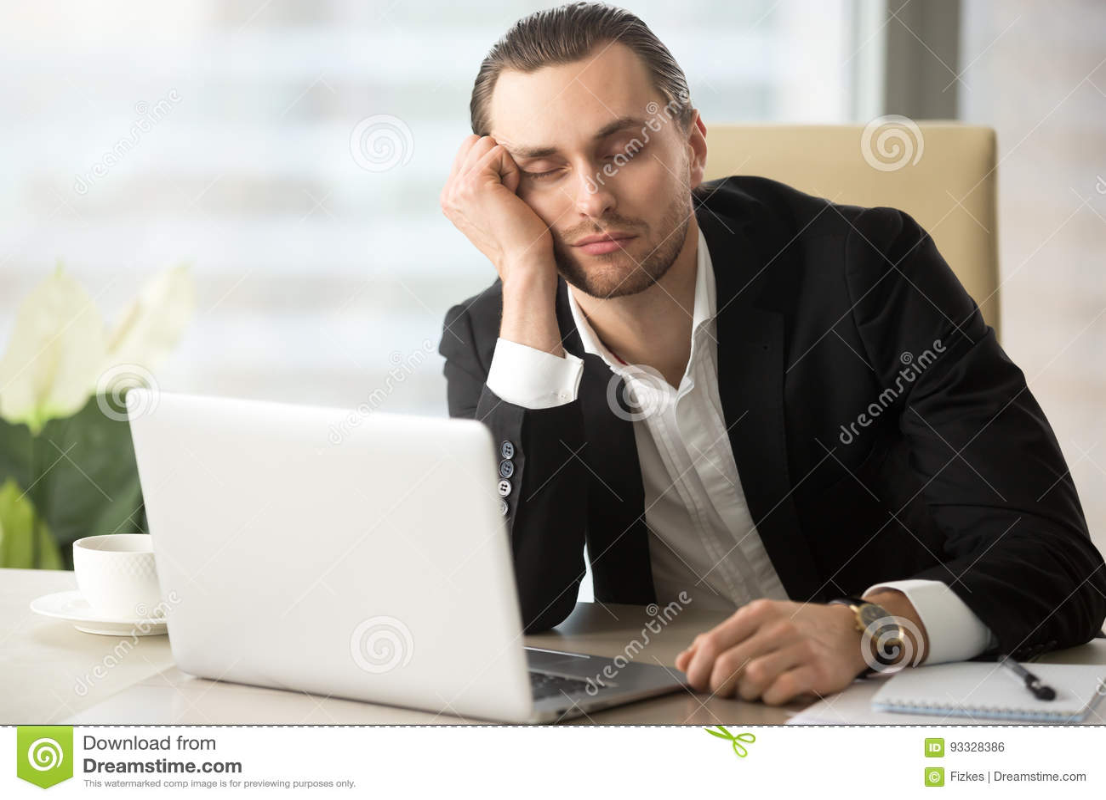 Sueños masculinos cansados del empresario en el trabajo
