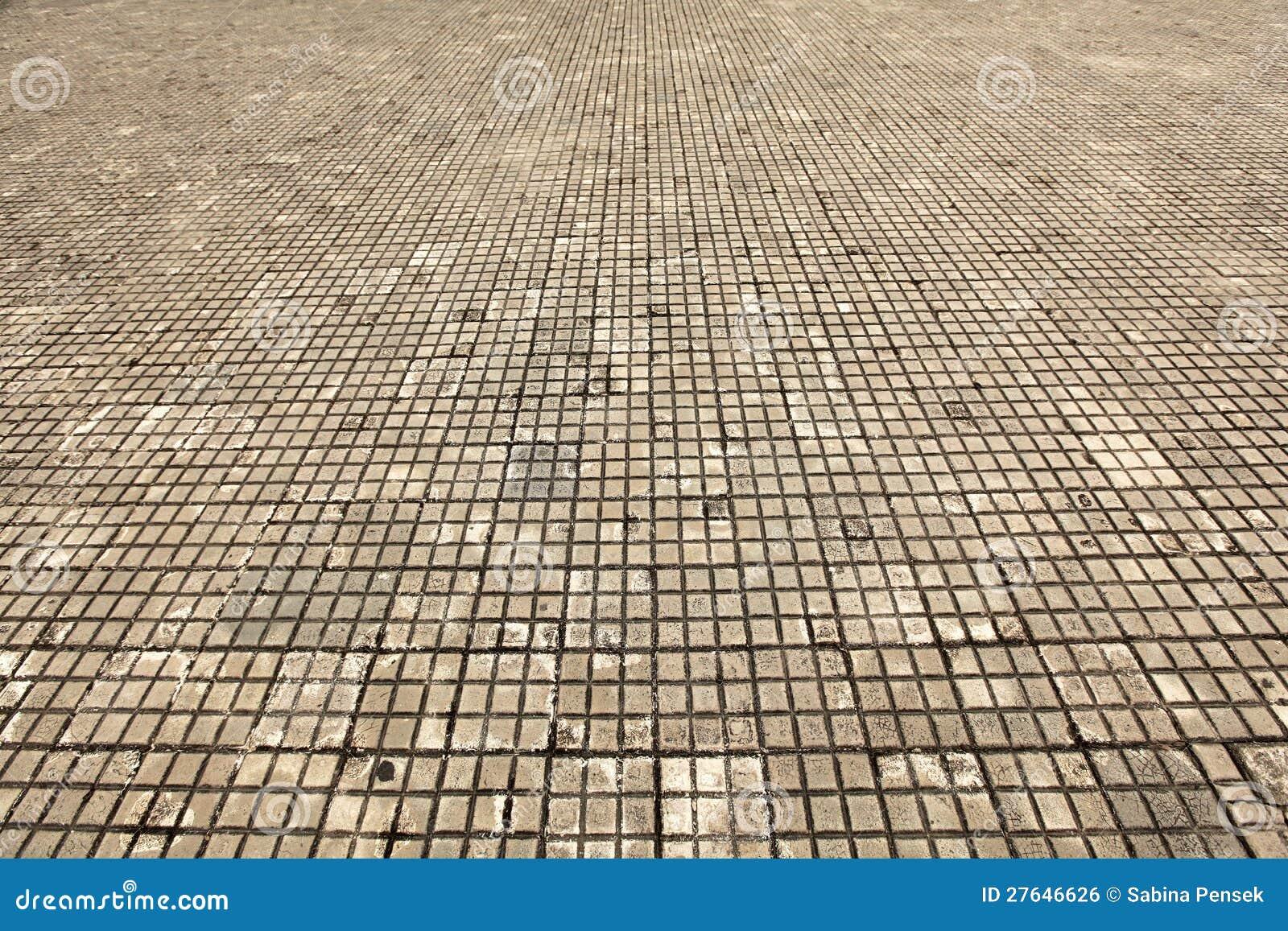 suelo de azulejo hecho de piedra blanco y viejo sucios