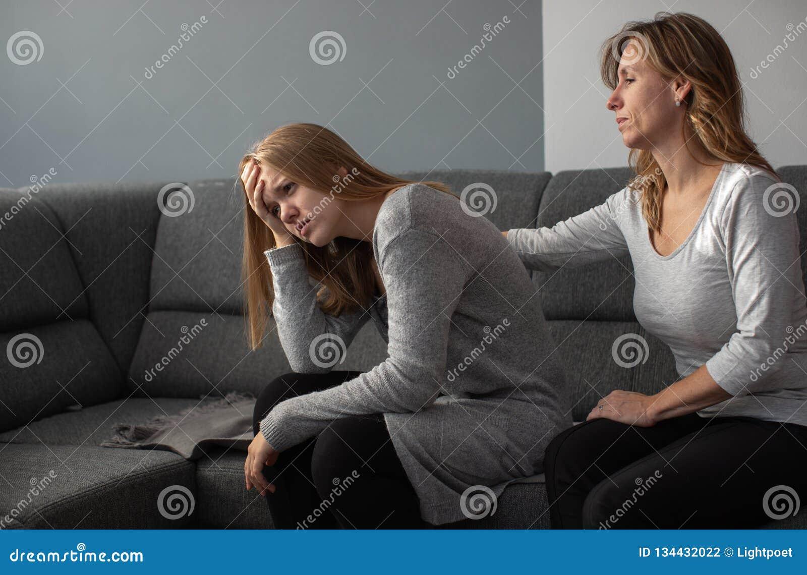 Sufrimiento adolescente presionado de la ansiedad que es tomada cuidado por de su madre
