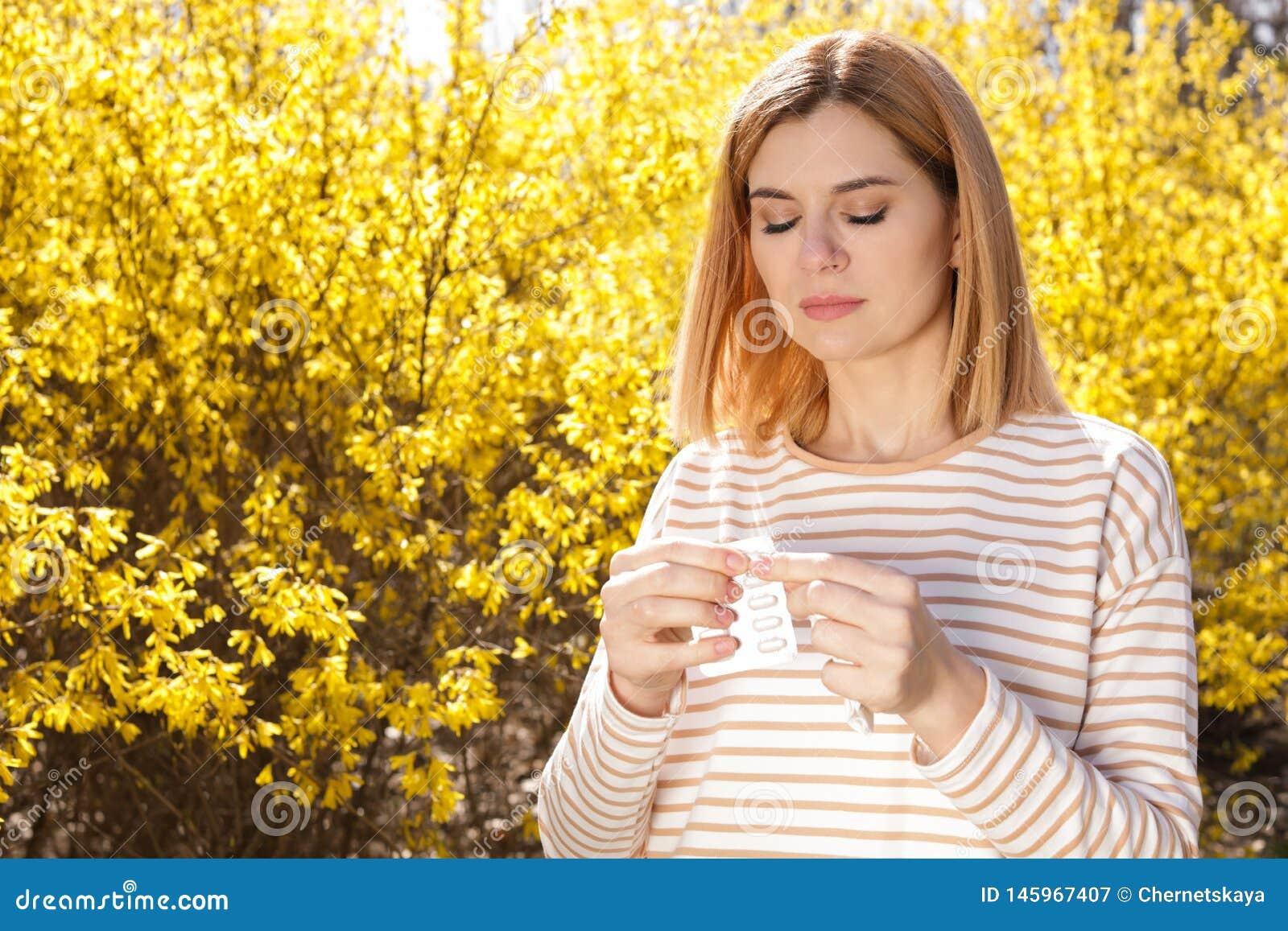 Sufrimiento de la mujer de la alergia estacional al aire libre