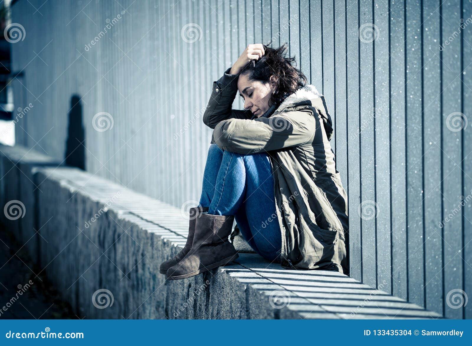 Sufrimiento gritador de la mujer atractiva joven de la sentada de la depresión