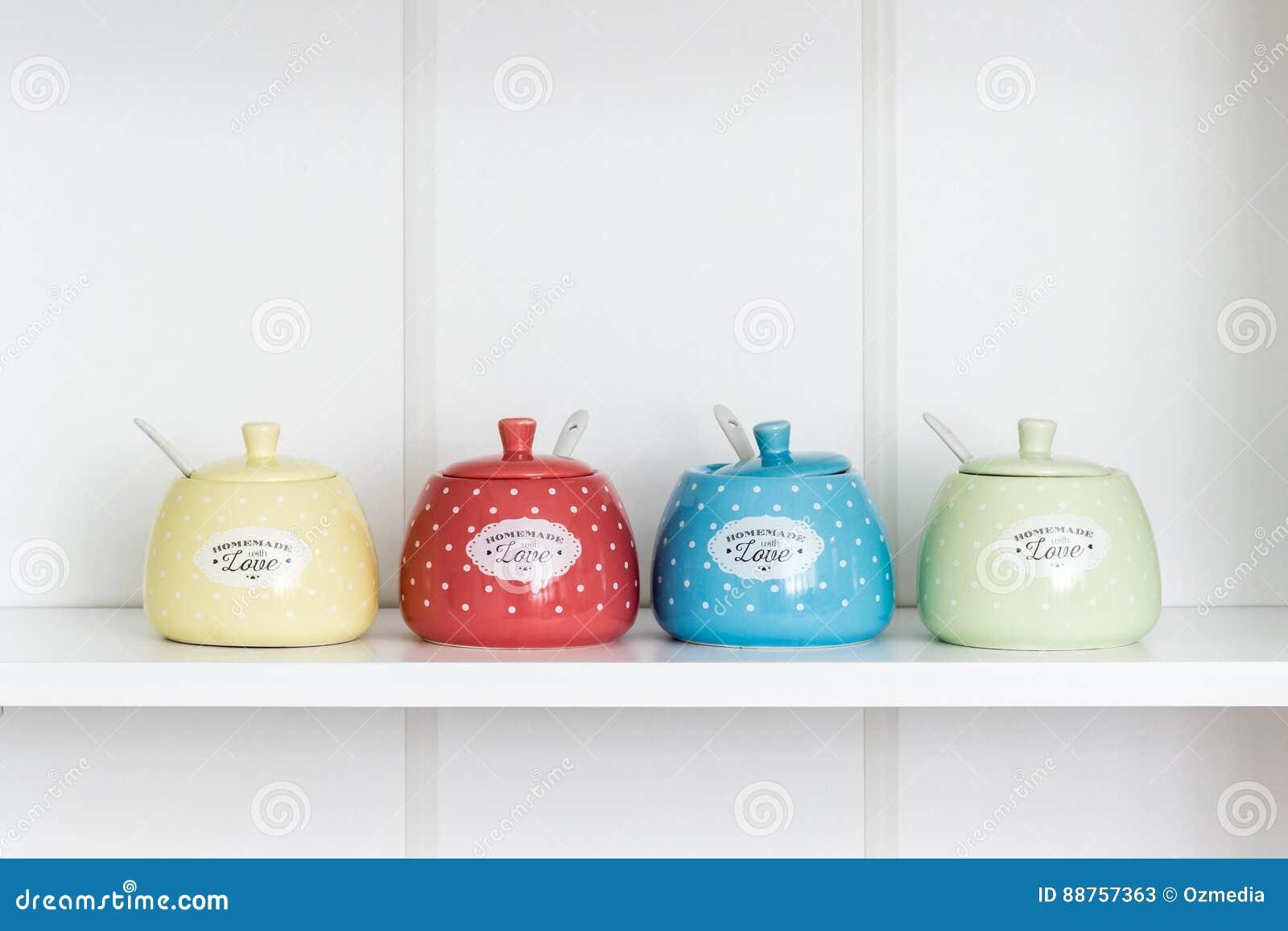 Sugar Bowls colorido en un estante blanco
