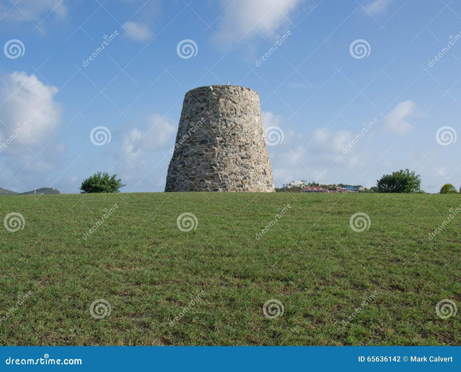 Sugar Mill sur une colline herbeuse