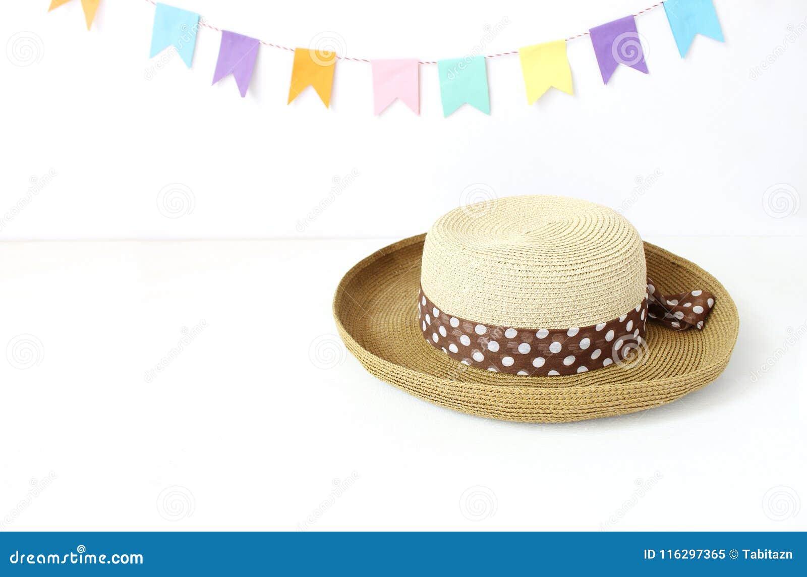 Sugrörhatten på den vita tabellen med det färgrika partiet sjunker och att bunting garnering Hälsningkort, inbjudan för sommarföd