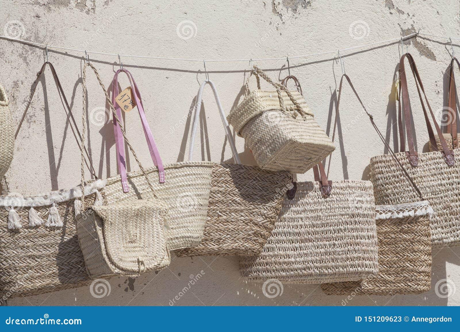 Sugrörkorgar på försäljning på gatamarknaden