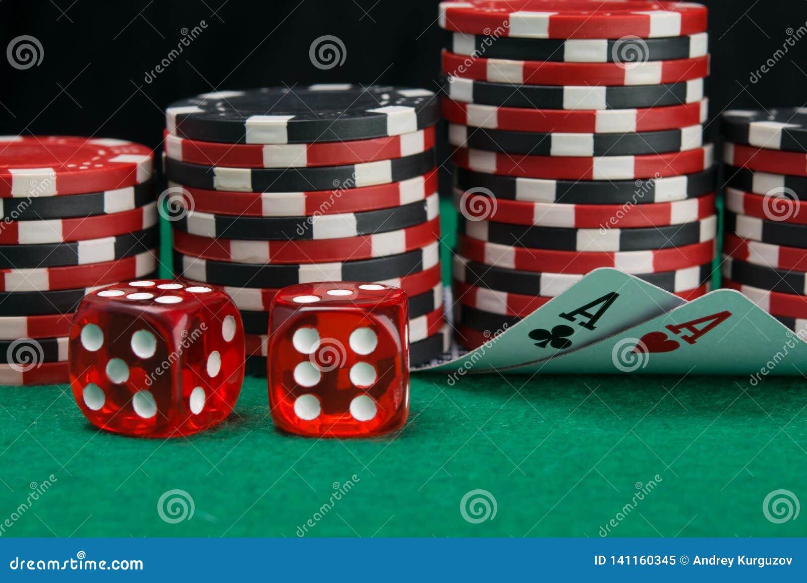Sui precedenti delle pile di chip da giocare nel casinò, due carte volta per osservare la denominazione sulla tavola verde, accan