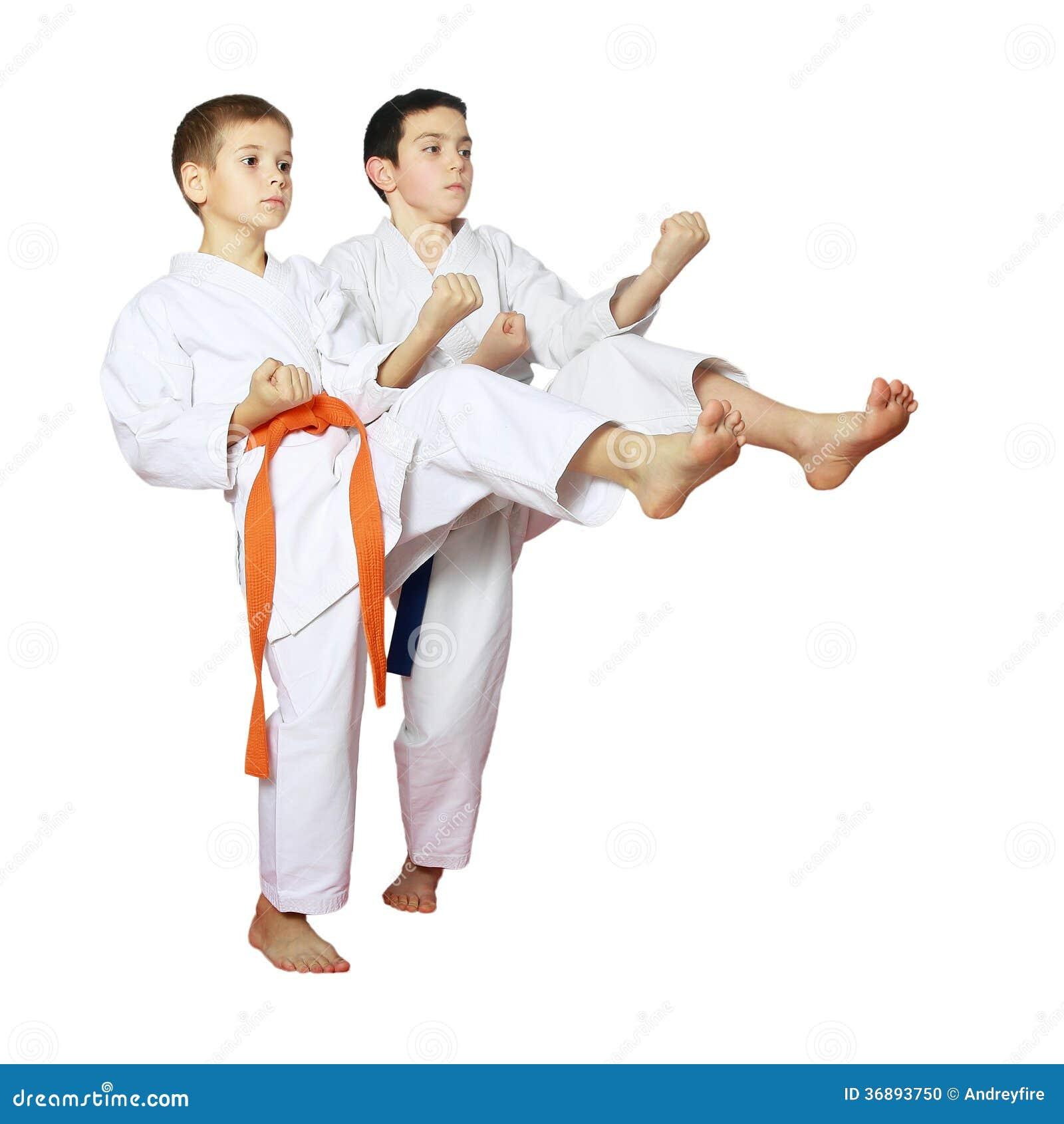 Download Sui Ragazzi Di Un Fondo Di Bianco Gli Atleti Preparano Le Scosse Del Battito Fotografia Stock - Immagine di bambini, kimono: 36893750