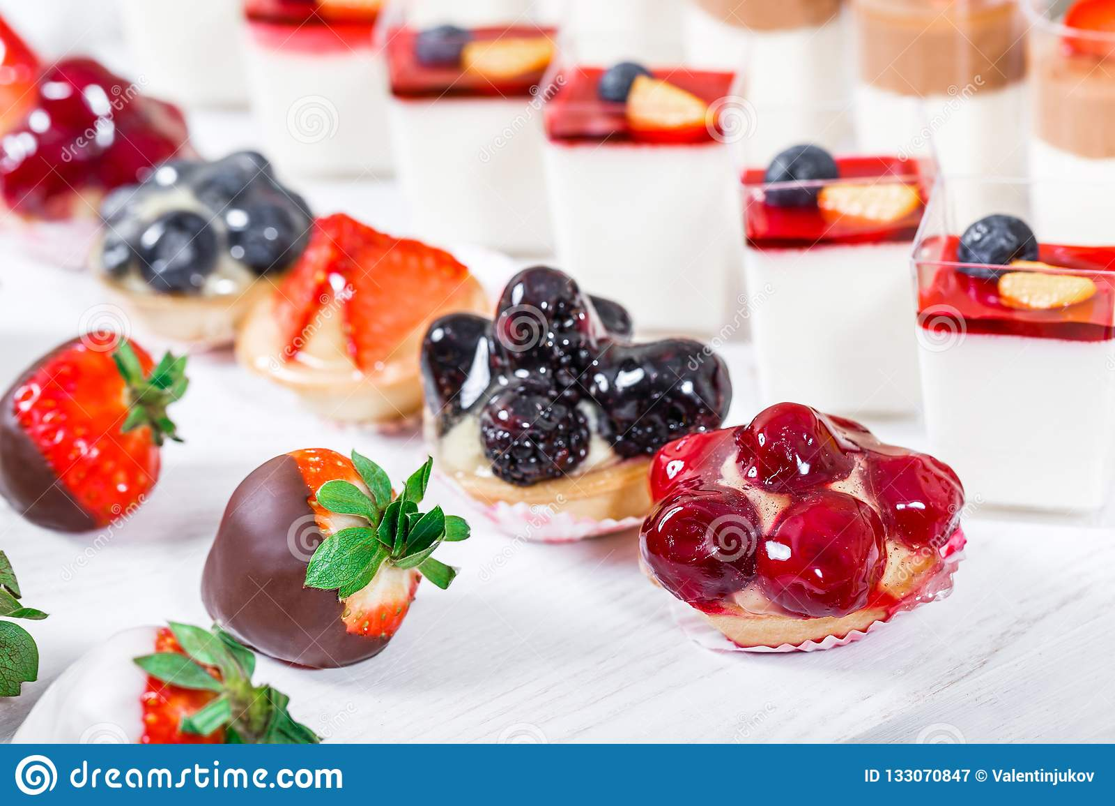 Suikergoedbar De lijst van de huwelijksontvangst met snoepjes, suikergoed, dessert
