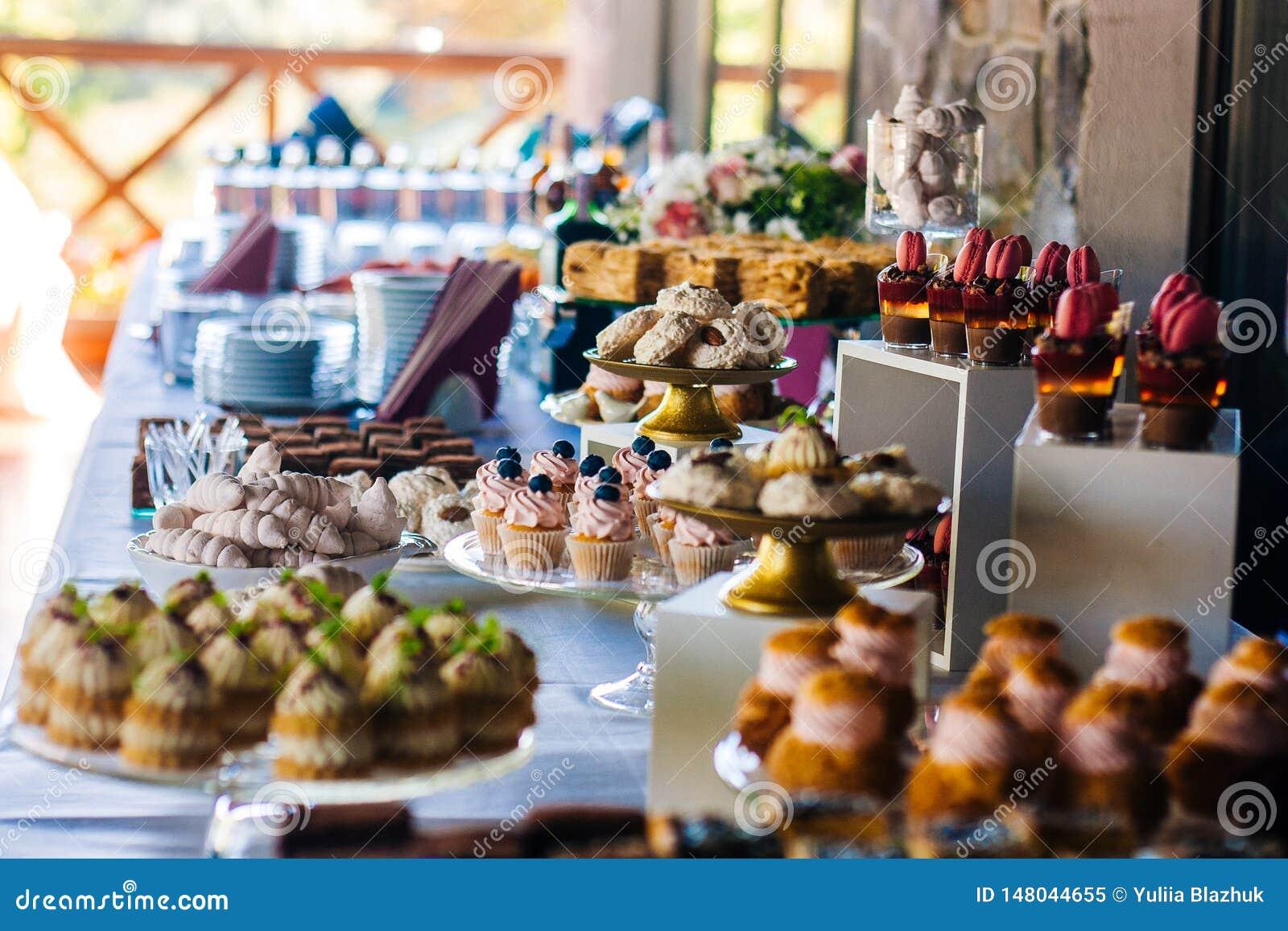 Suikergoedbar Lijst met verschillende cakes, suikergoed en desserts voor de partij