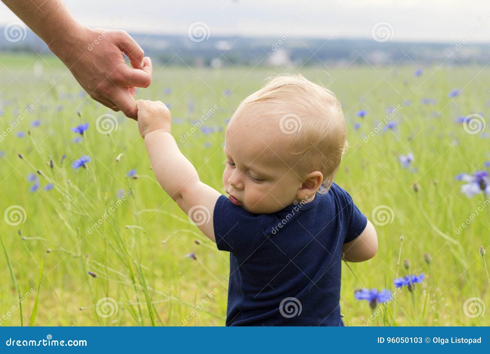 Suivez-moi Fils après père dans le domaine des bleuets