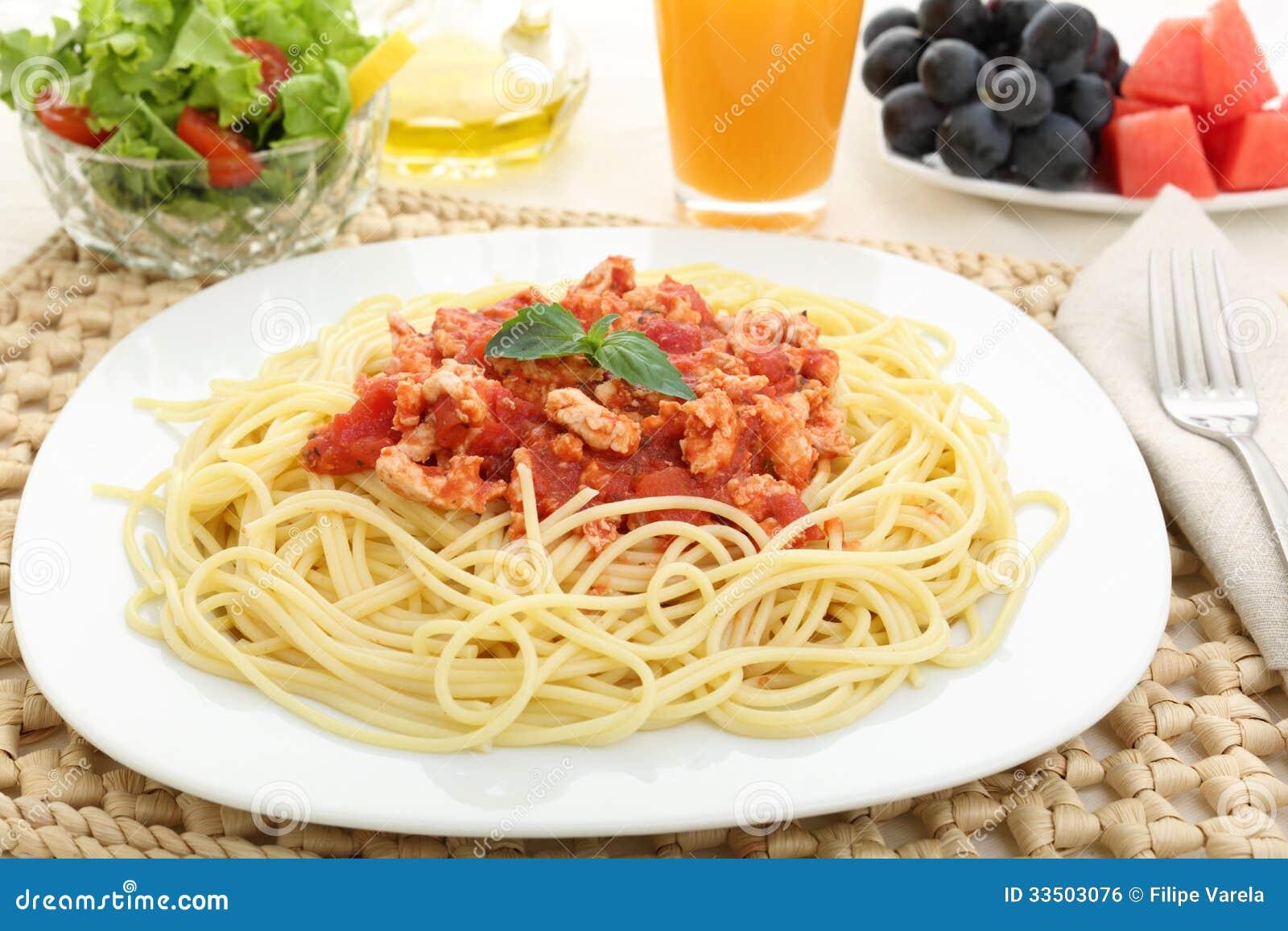 suivez un r gime les spaghetti bolonais avec de la viande blanche et le fruit image libre de. Black Bedroom Furniture Sets. Home Design Ideas