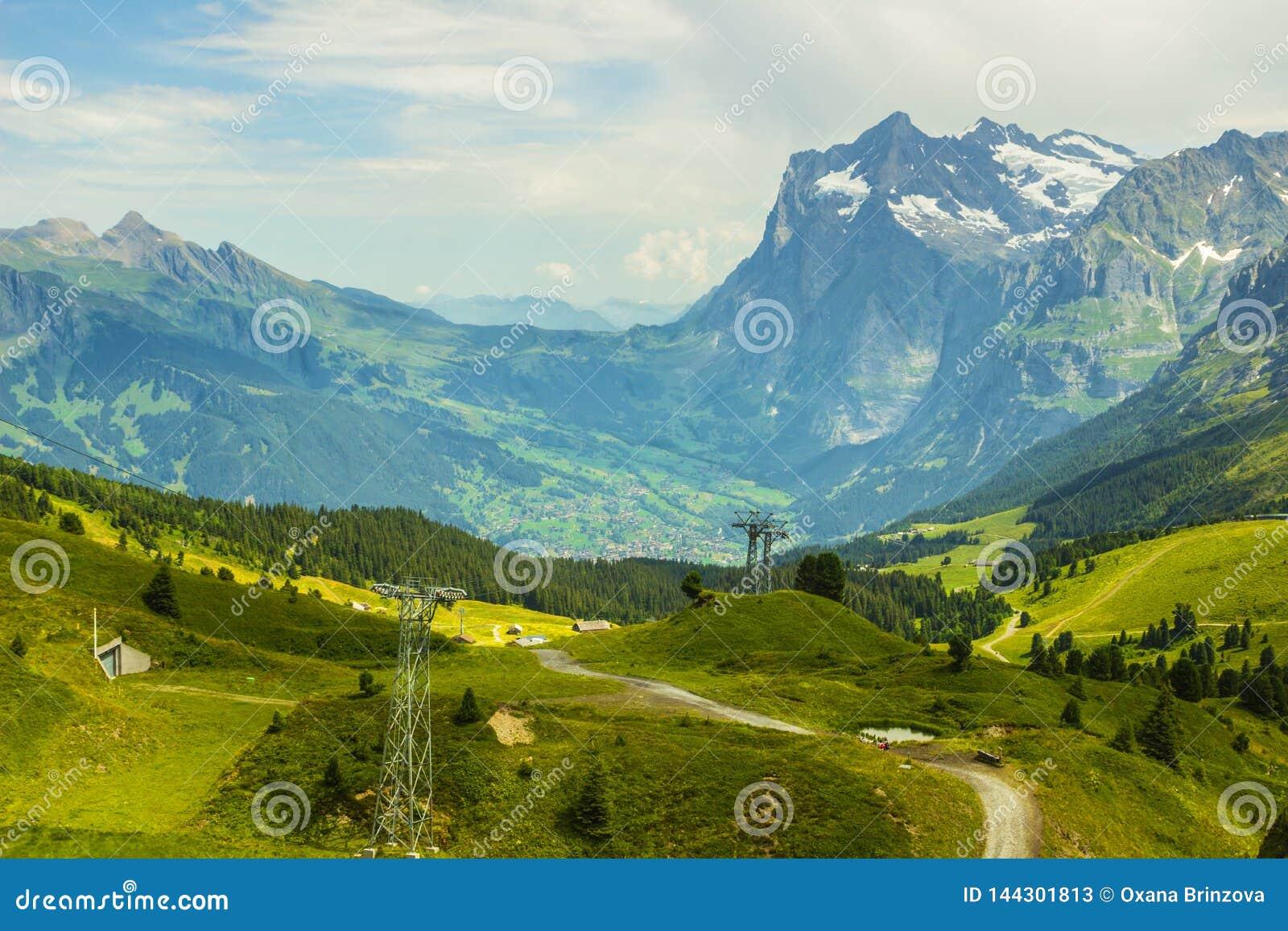 Suiza, hermosa vista de las montañas suizas