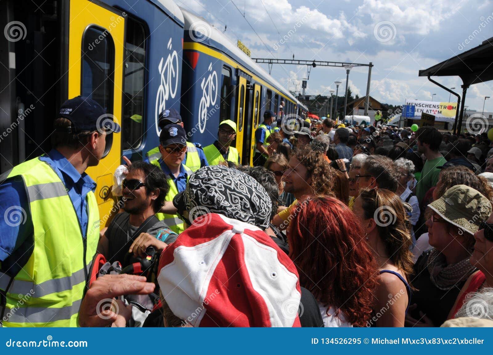 Suiza: Millares de gente que inscribe los SBB-trenes en Döttingen después de la protesta nuclear anti en Beznau
