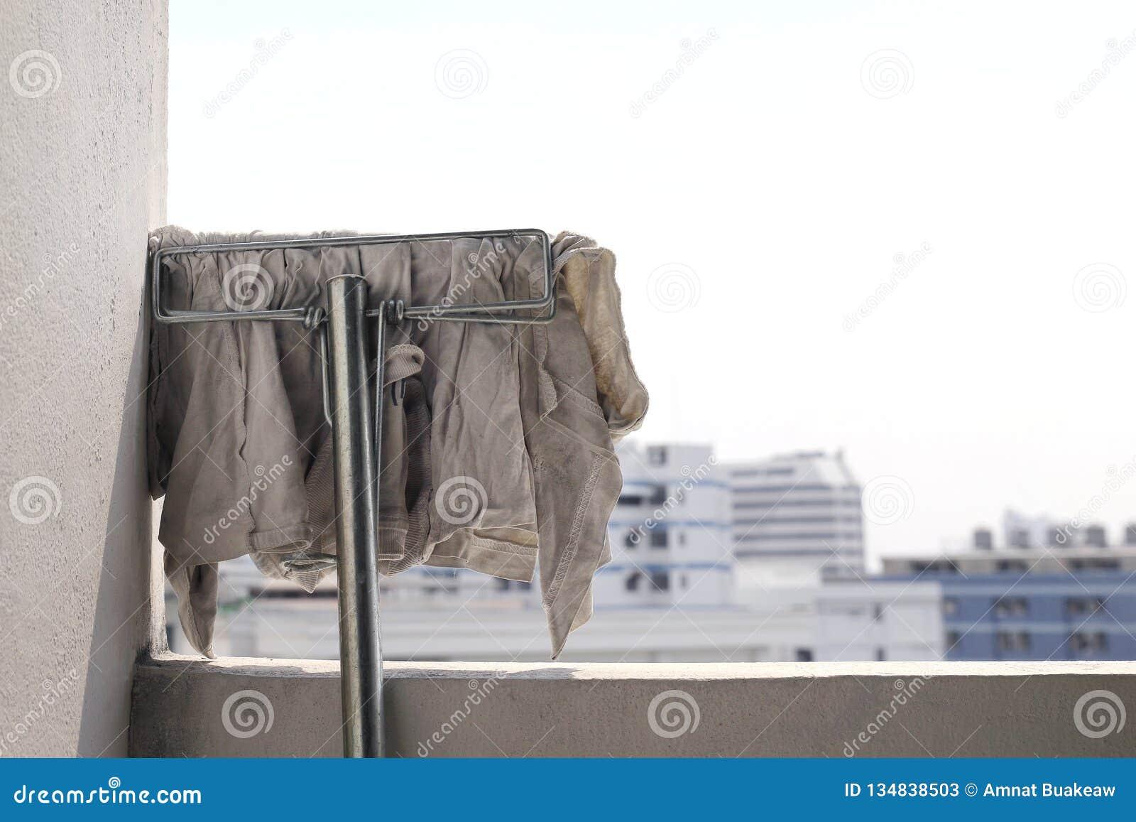 Sujo branco de pano do espanador para limpar, espanador para o assoalho de limpeza, cabeça do espanador na parede após a limpeza,