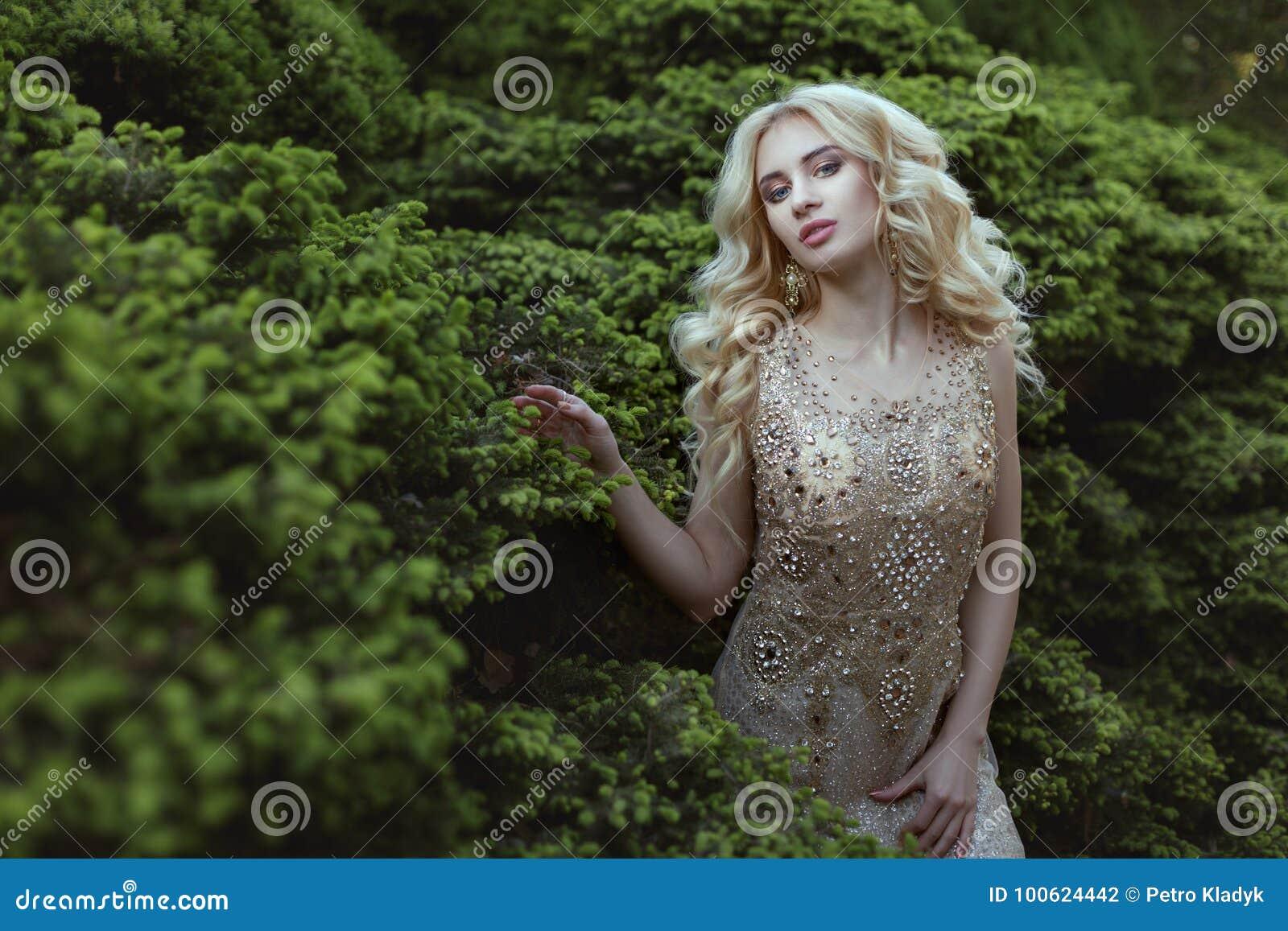 Suknia dekorująca z kamieniami na kobiecie
