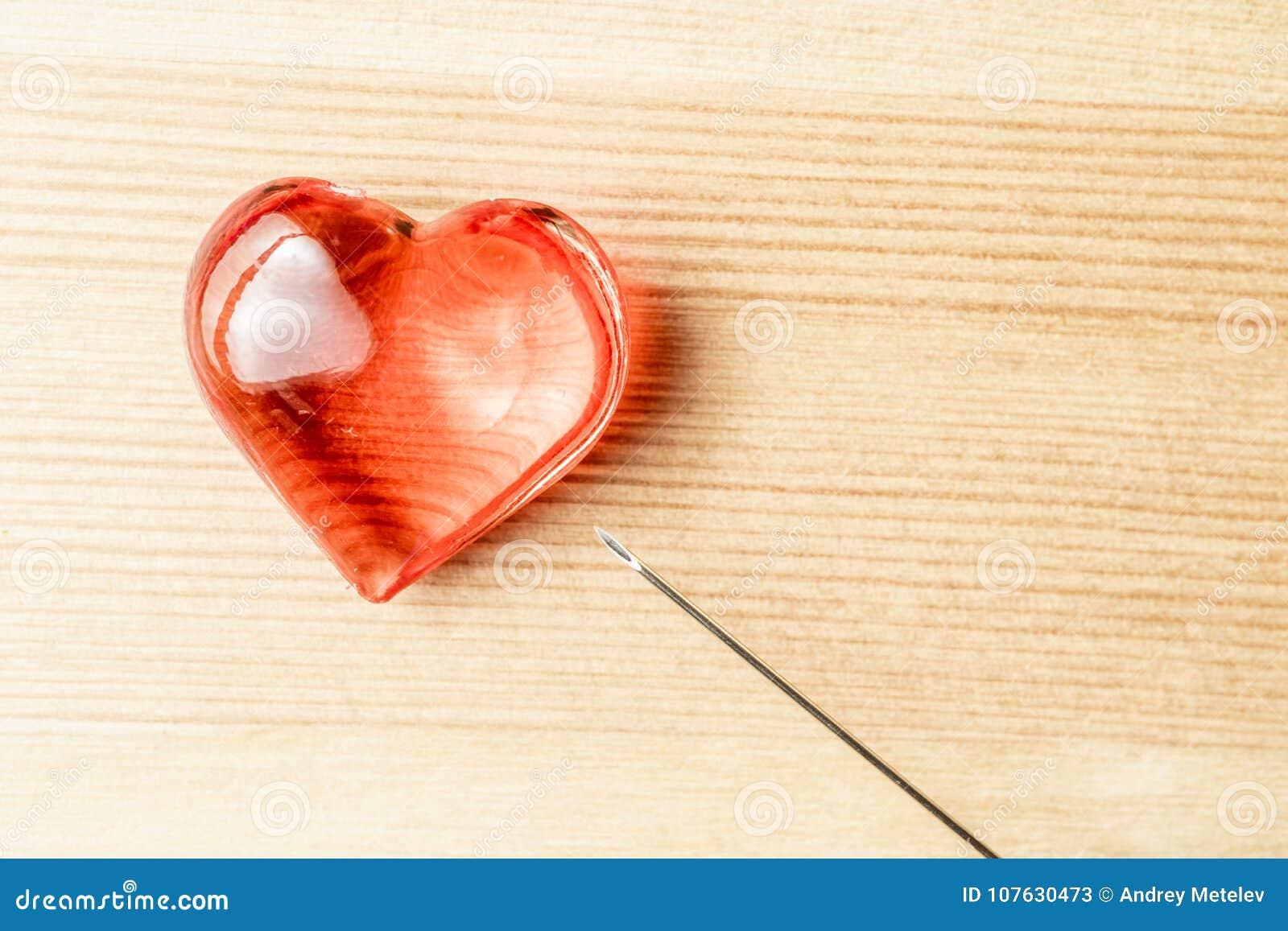 Sul cuore di legno e sull ago dei gioielli del fondo, medici