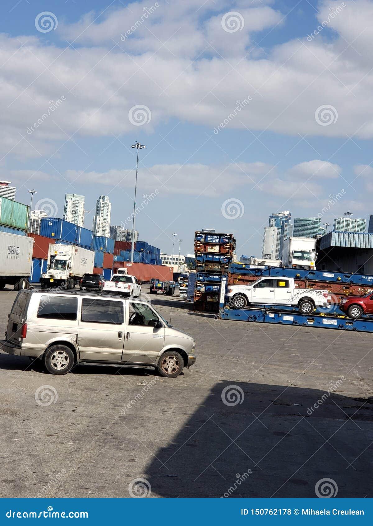 Sul portuário de Florida dos recipientes dos carros