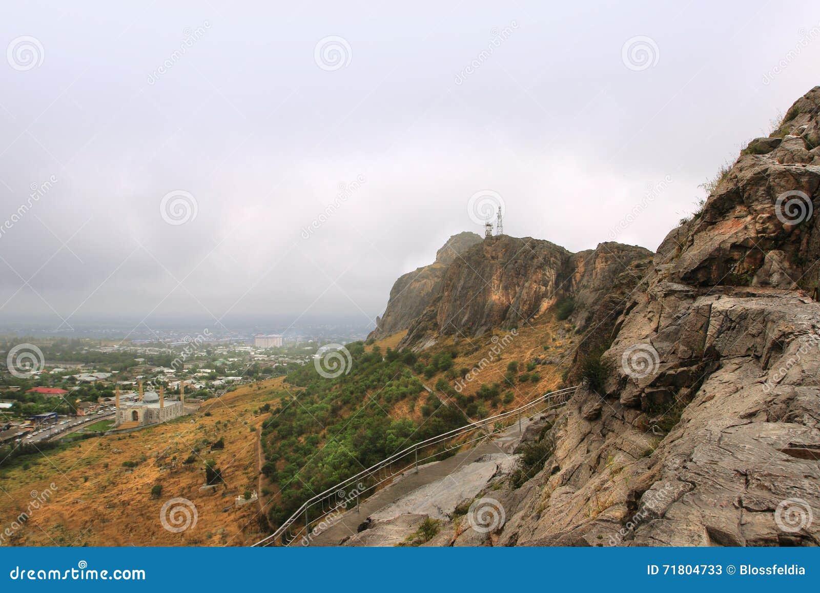 Sulayman гора слишком и Sulayman мечеть на предпосылке, Кыргызстан слишком