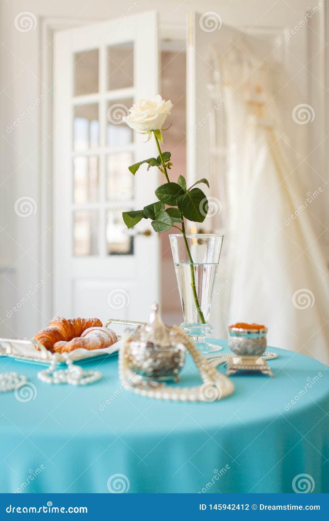 Sulla tavola in una rosa bianca e nelle decorazioni del vaso
